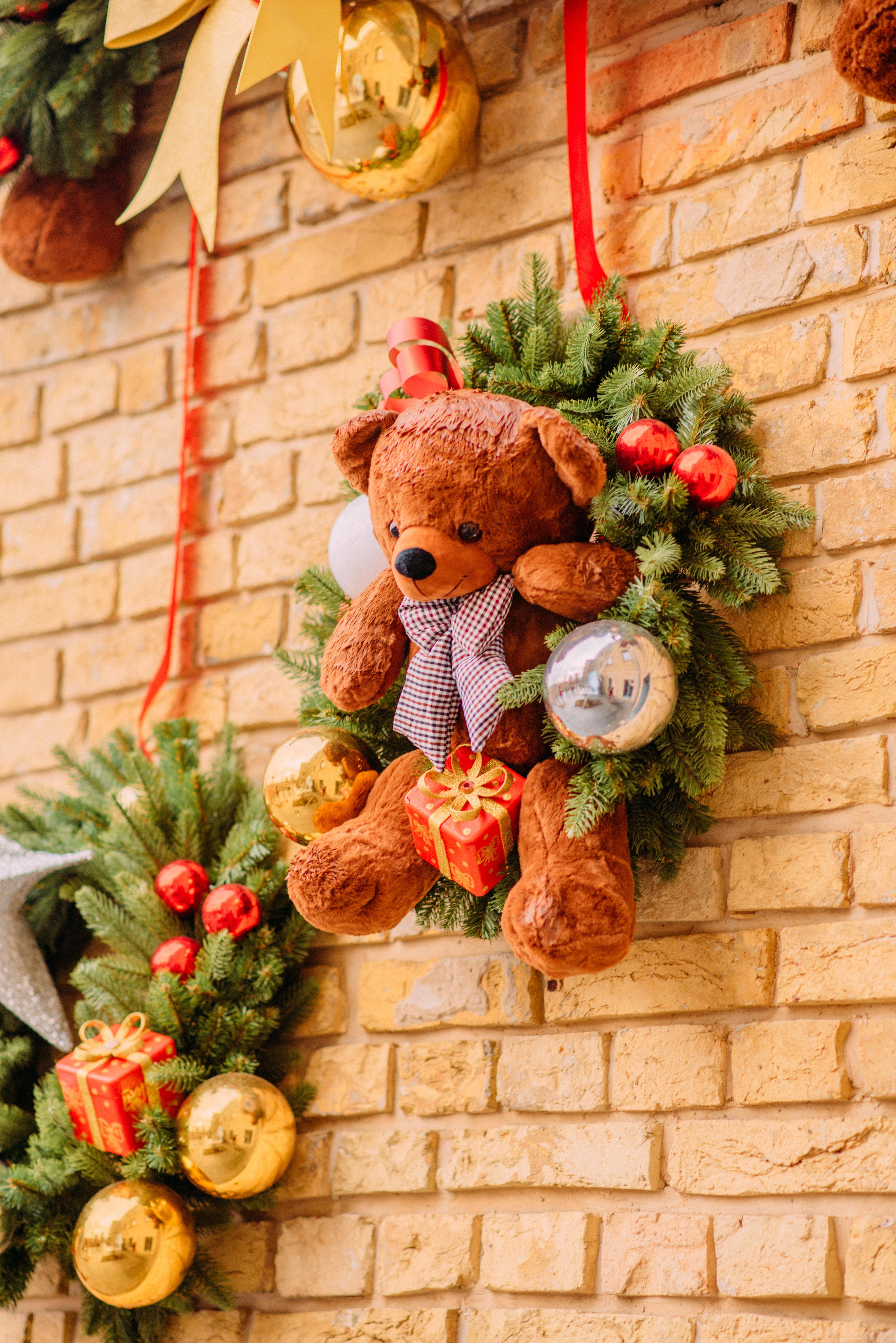 96784 скачать обои Новый Год, Праздники, Украшения, Рождество, Игрушка, Венок, Плюшевый Мишка - заставки и картинки бесплатно