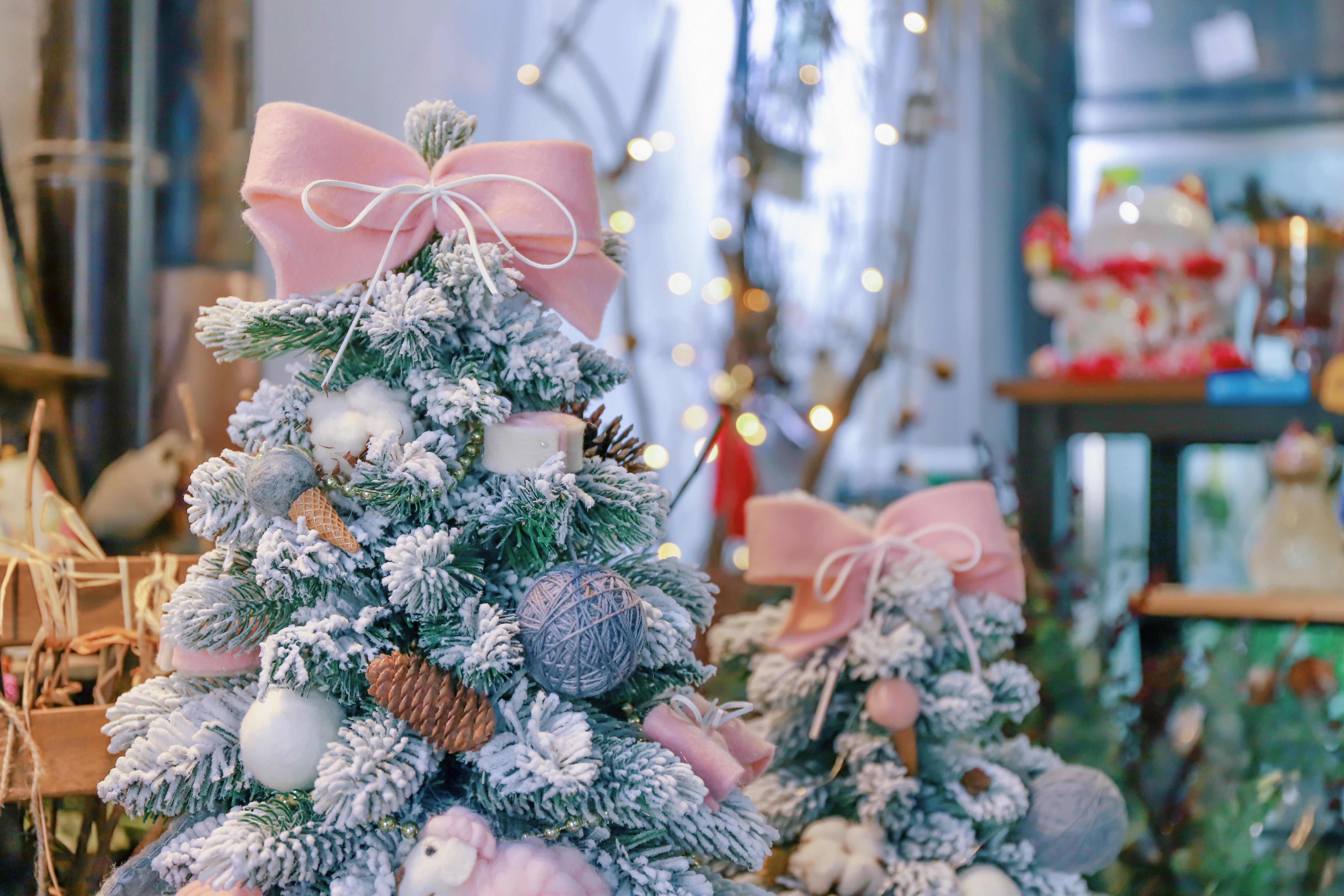 156745 Hintergrundbild herunterladen Feiertage, Neujahr, Dekoration, Weihnachten, Neues Jahr, Weihnachtsbaum - Bildschirmschoner und Bilder kostenlos