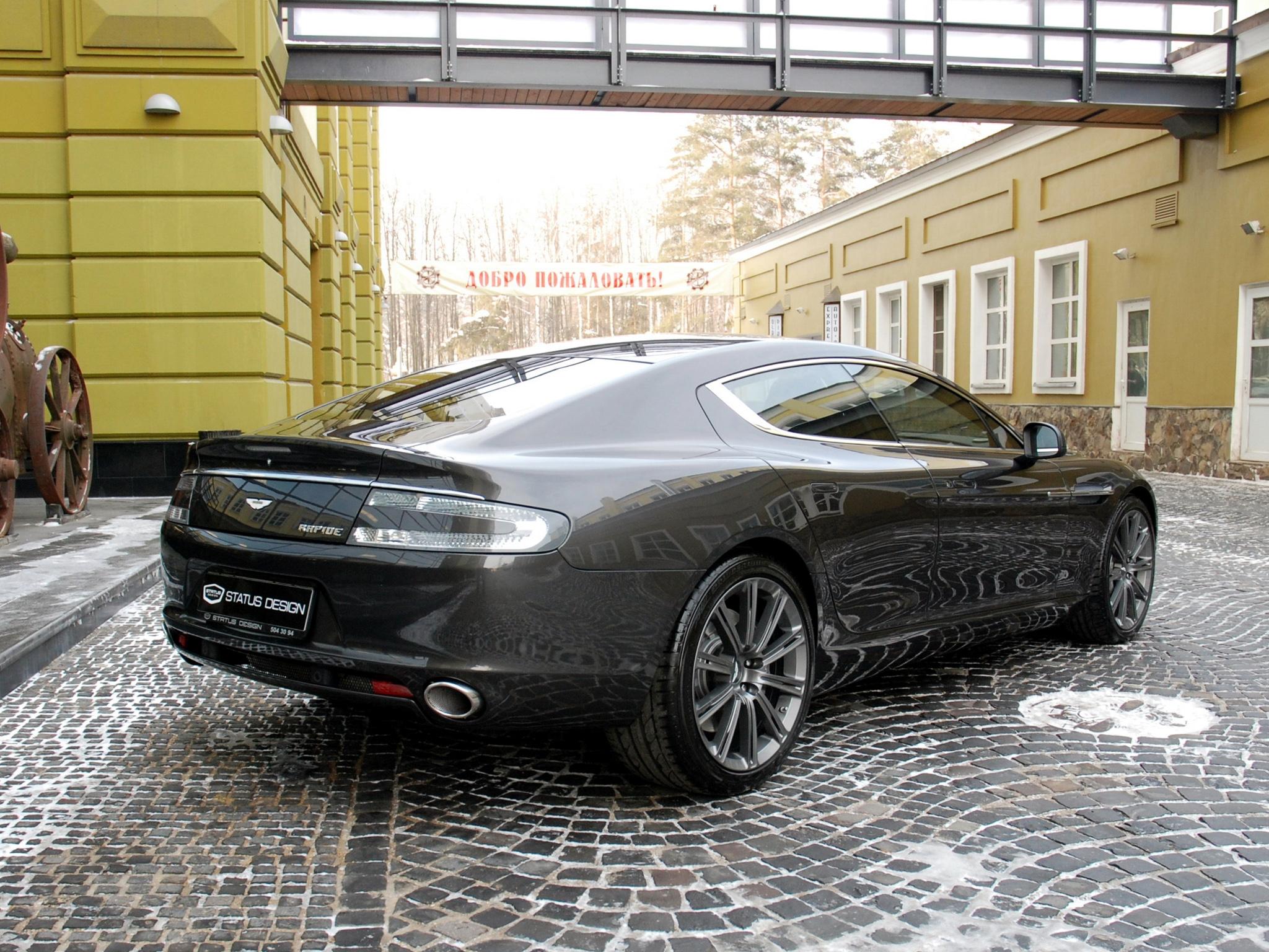 144426 скачать обои Тачки (Cars), Aston Martin Rapide, 2011, Черный, Вид Сбоку, Машины, Астон Мартин (Aston Martin), Здание - заставки и картинки бесплатно