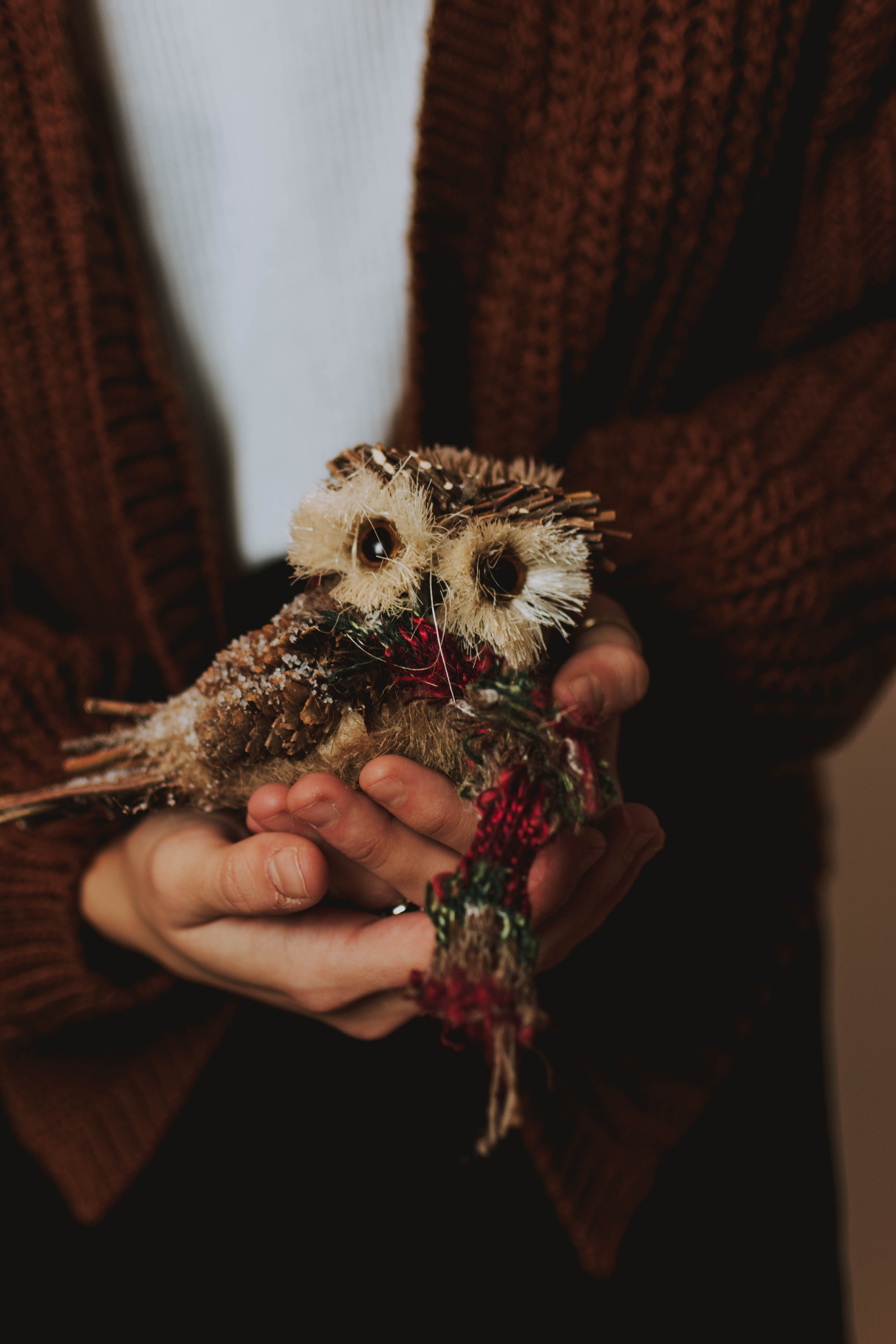 92418 download wallpaper Miscellanea, Miscellaneous, Owl, Toy, Decoration, Bird, Hands screensavers and pictures for free