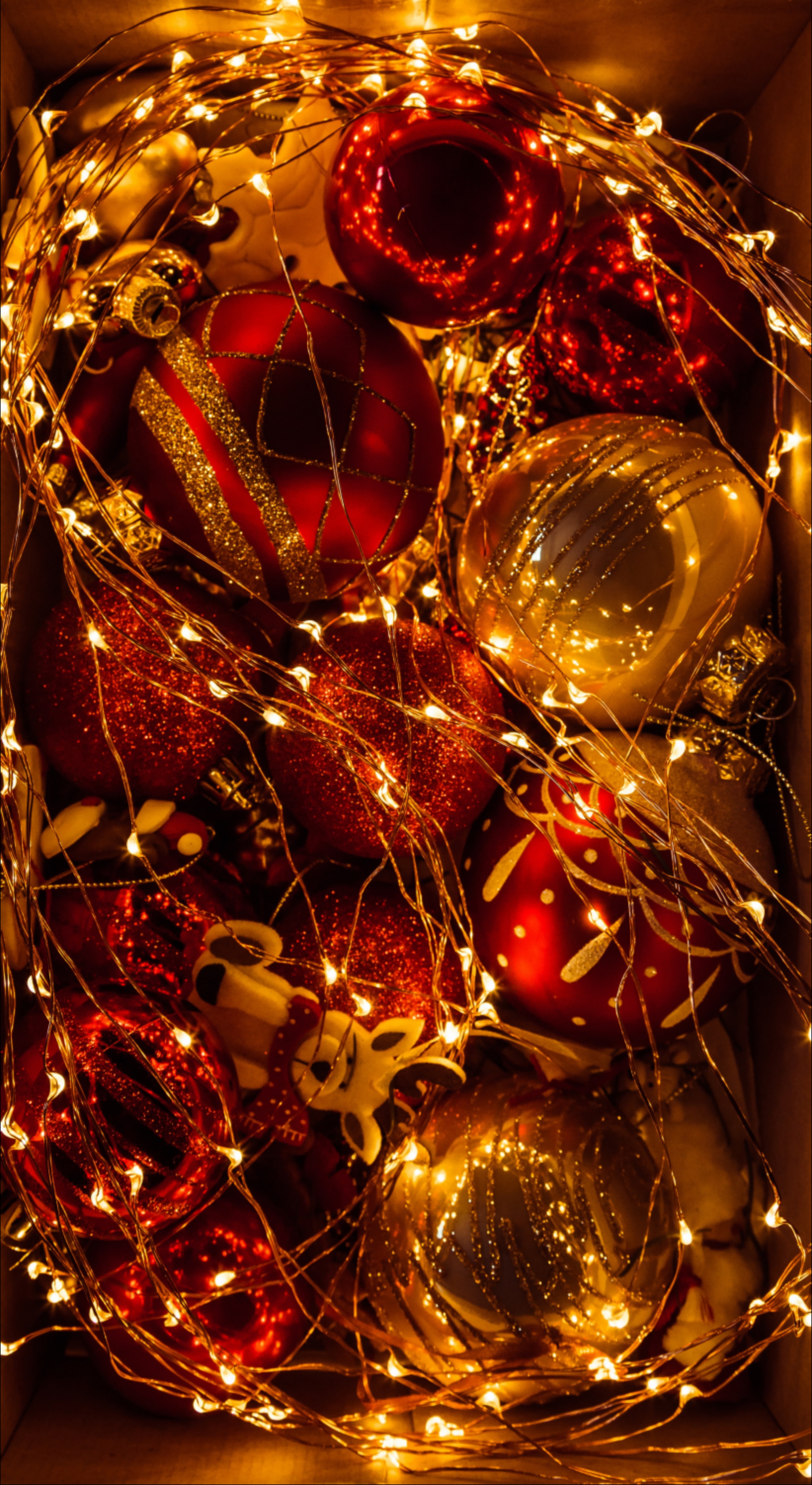 125759 download wallpaper Christmas, Holidays, New Year, Shine, Brilliance, Christmas Decorations, Christmas Tree Toys, Garland, Decoration, Golden screensavers and pictures for free