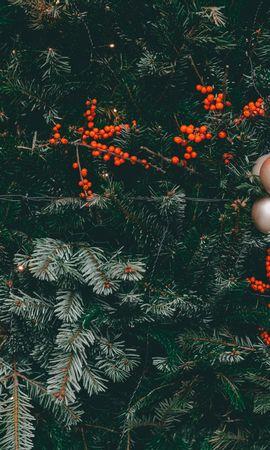 117971 télécharger le fond d'écran Fêtes, Sapin De Noël, Arbre De Noël, Des Balles, Balles, Décorations, Cônes, Guirlandes, Guirlande, Baies - économiseurs d'écran et images gratuitement