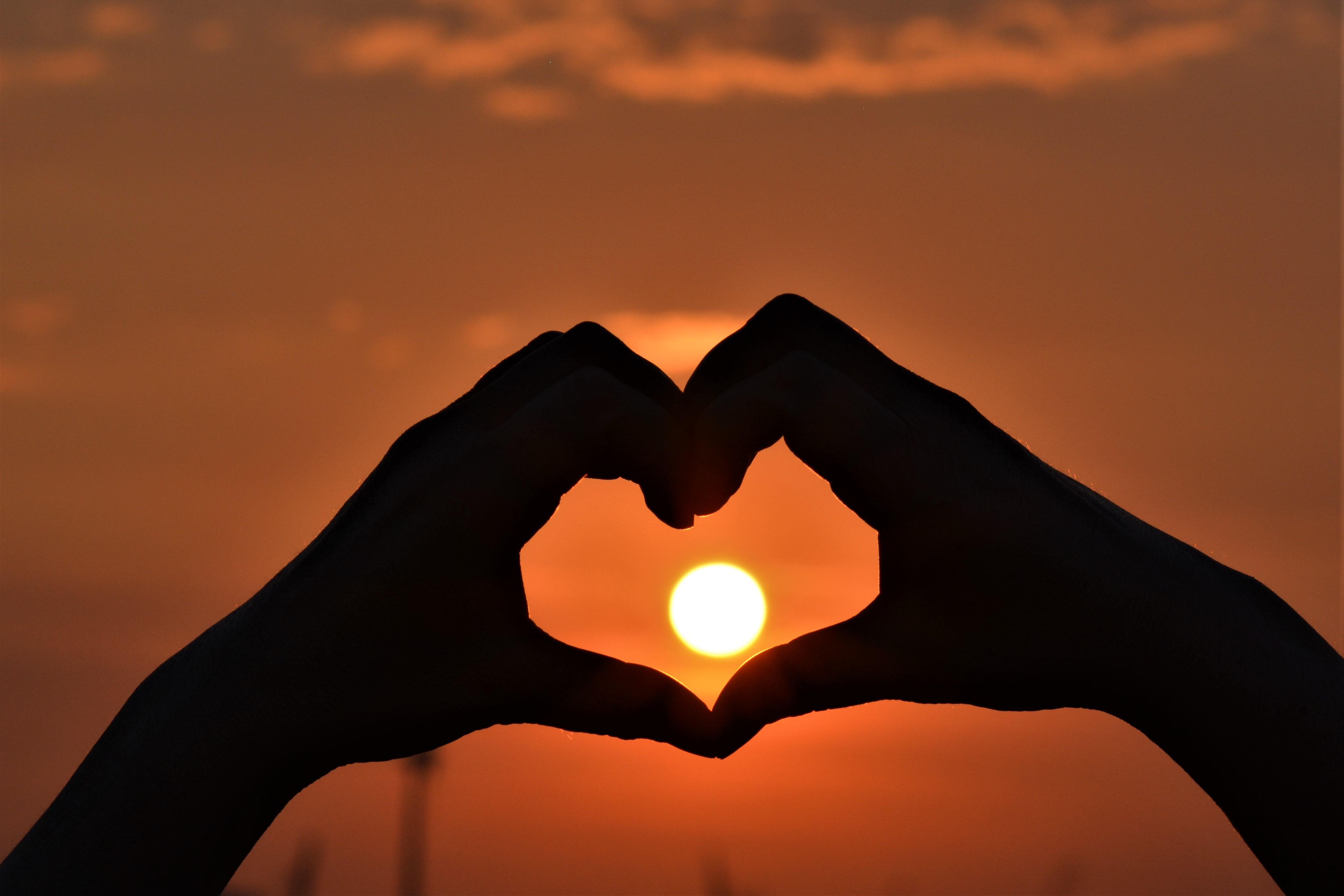 90043 download wallpaper Hands, Heart, Sunset, Love, Sun screensavers and pictures for free