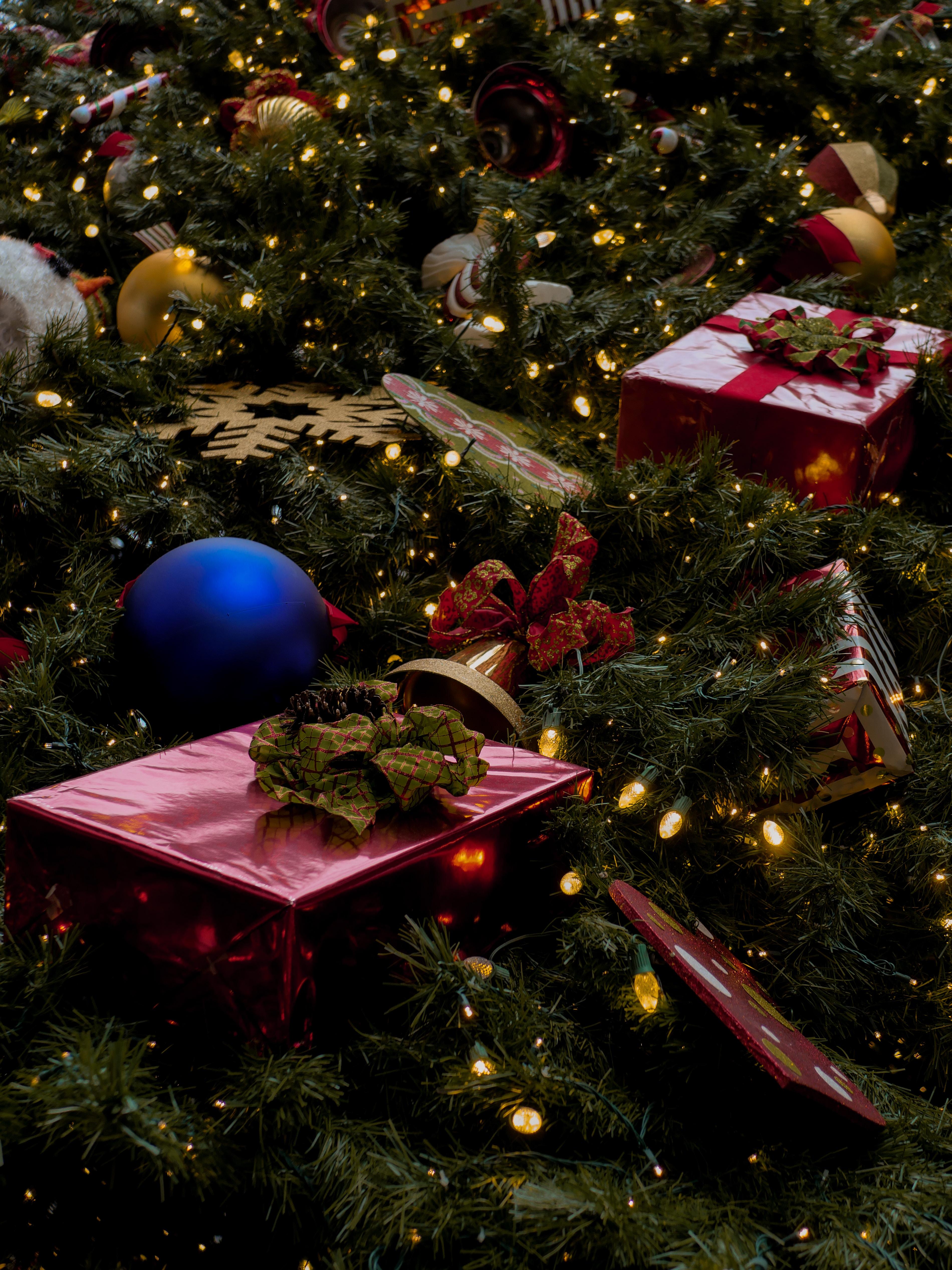 126803 Salvapantallas y fondos de pantalla Año Nuevo en tu teléfono. Descarga imágenes de Vacaciones, Año Nuevo, Árbol De Navidad, Presenta, Regalos, Decoraciones, Guirnaldas, Guirnalda gratis