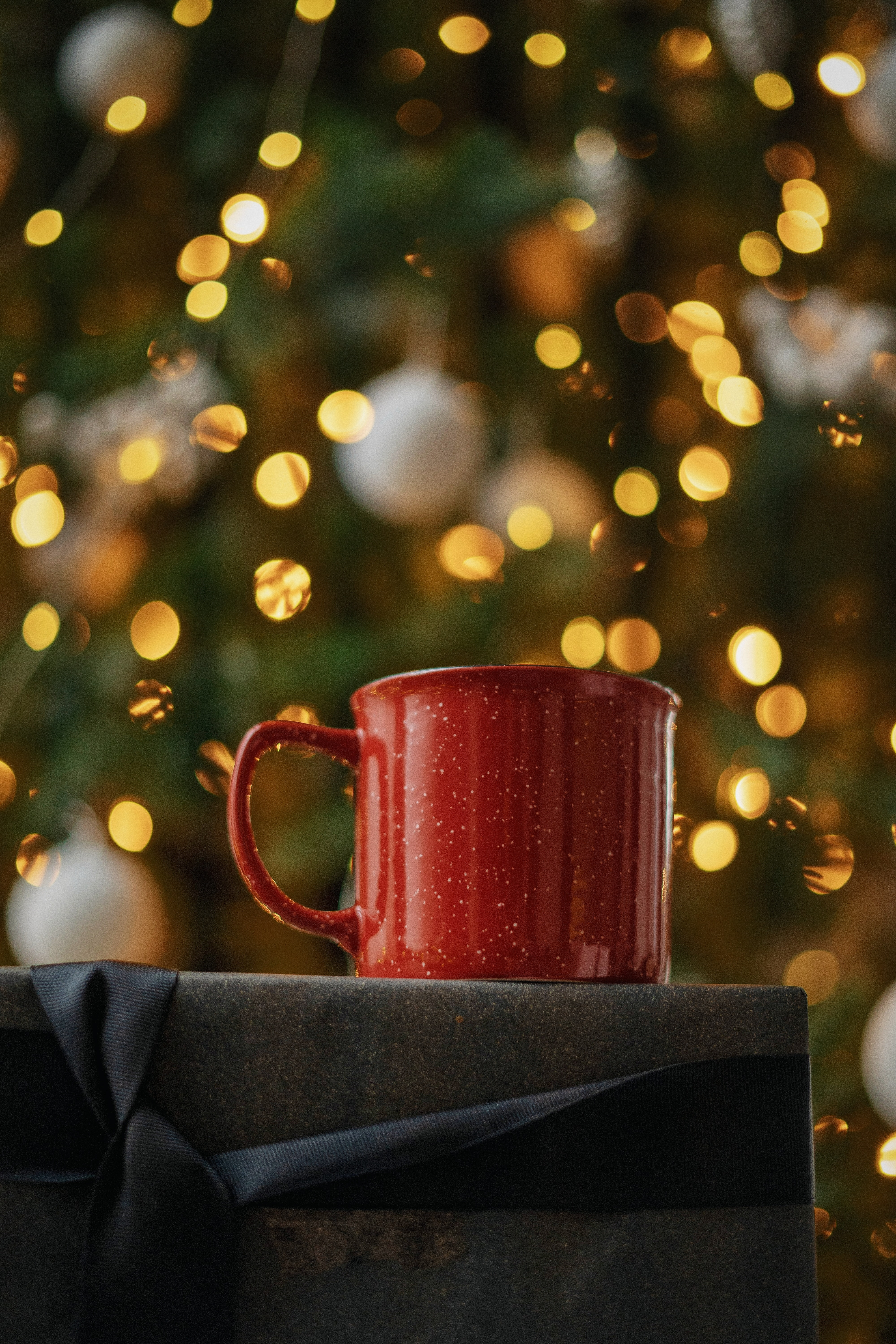 152932 download wallpaper Miscellanea, Miscellaneous, Cup, Mug, Box, Lights, Glare, Bokeh, Boquet screensavers and pictures for free