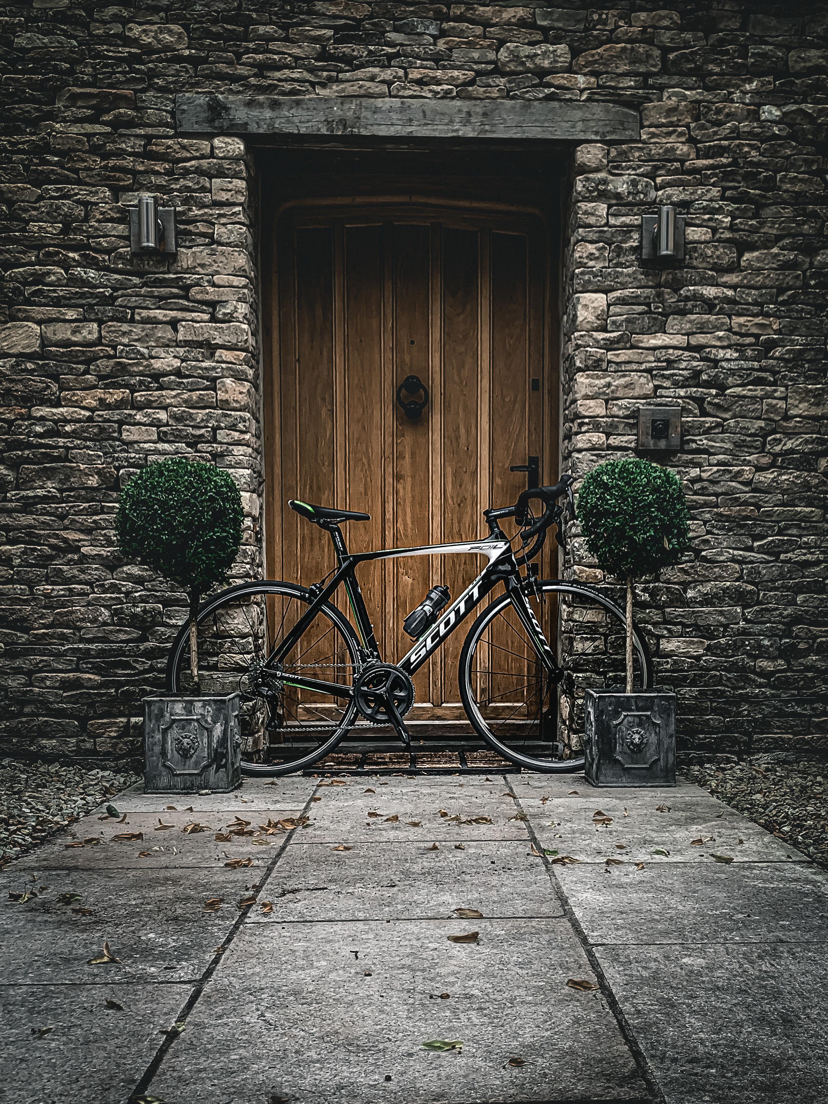 124953 Hintergrundbild herunterladen Pflanzen, Verschiedenes, Sonstige, Wand, Stein, Fahrrad, Eine Tür, Die Tür - Bildschirmschoner und Bilder kostenlos