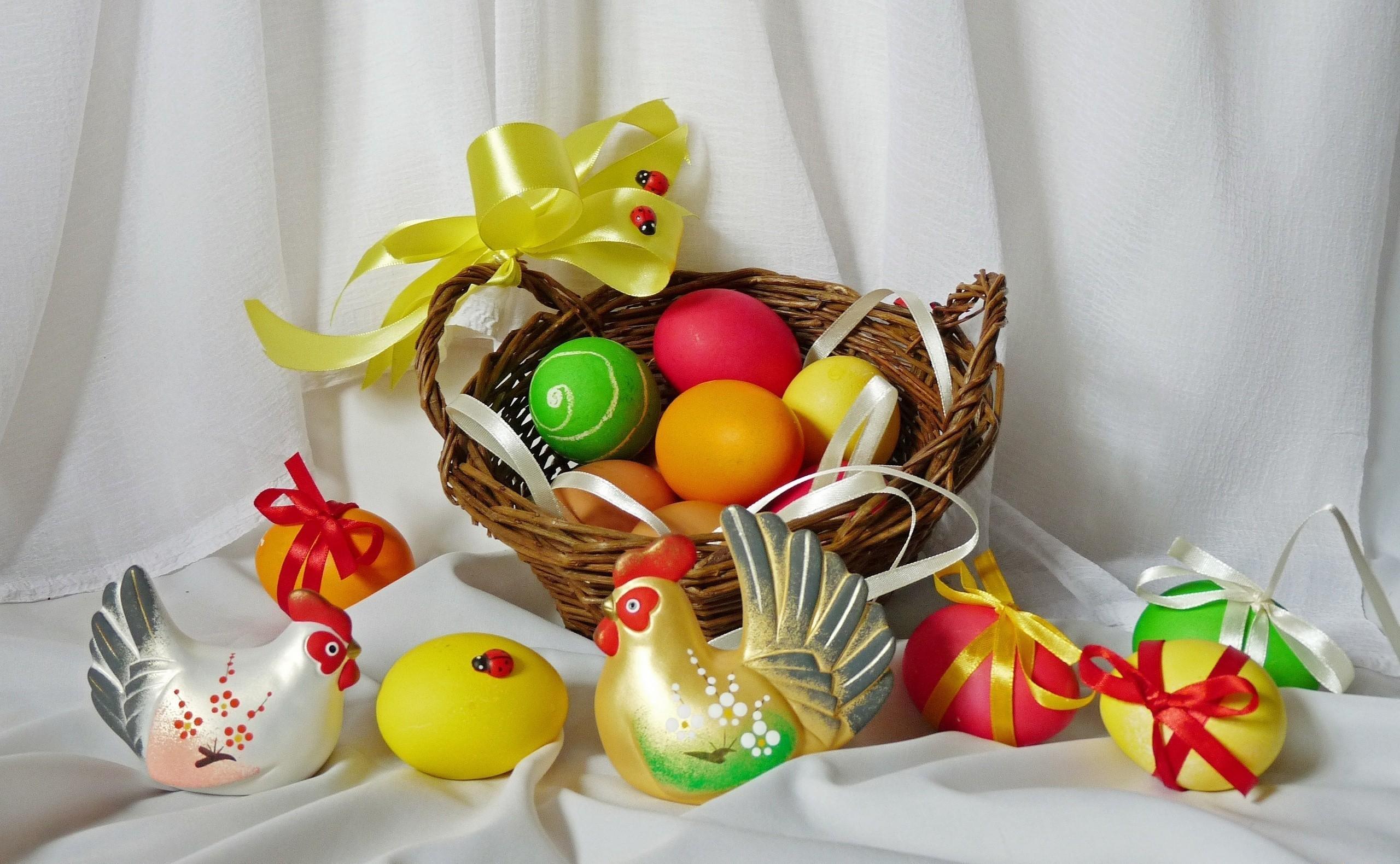 65531 скачать обои Праздники, Яйца, Пасха, Божьи Коровки, Праздник, Корзина, Банты, Курица, Петух - заставки и картинки бесплатно