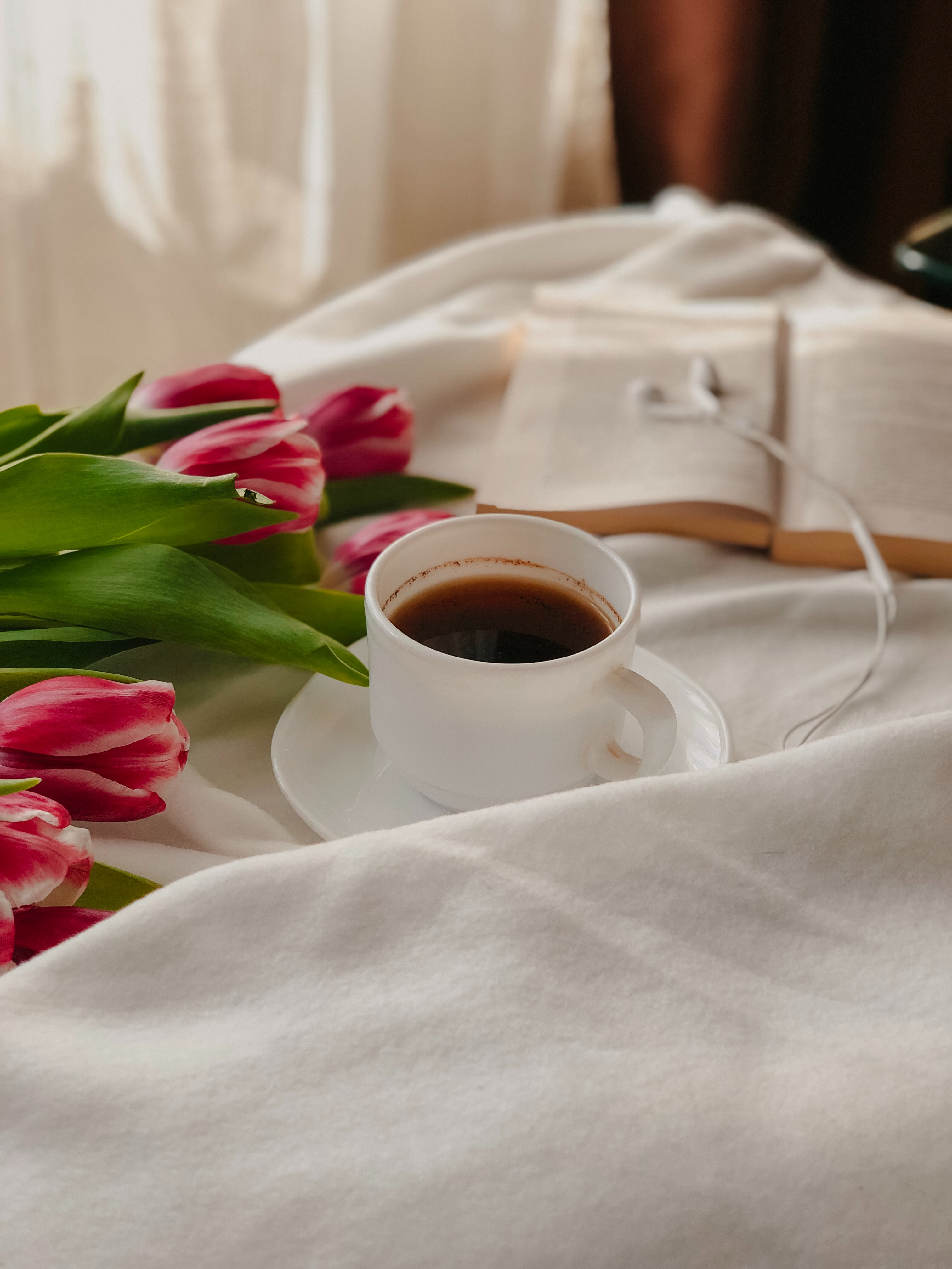 152354 скачать обои Разное, Кофе, Чашка, Книга, Ткань, Тюльпаны - заставки и картинки бесплатно