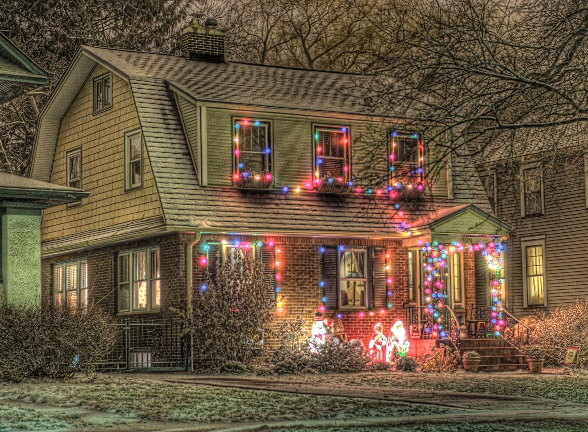 95000 Hintergrundbild herunterladen Feiertage, Weihnachtsmann, Weihnachten, Schneemann, Urlaub, Haus, Garland, Stimmung, Girlanden - Bildschirmschoner und Bilder kostenlos
