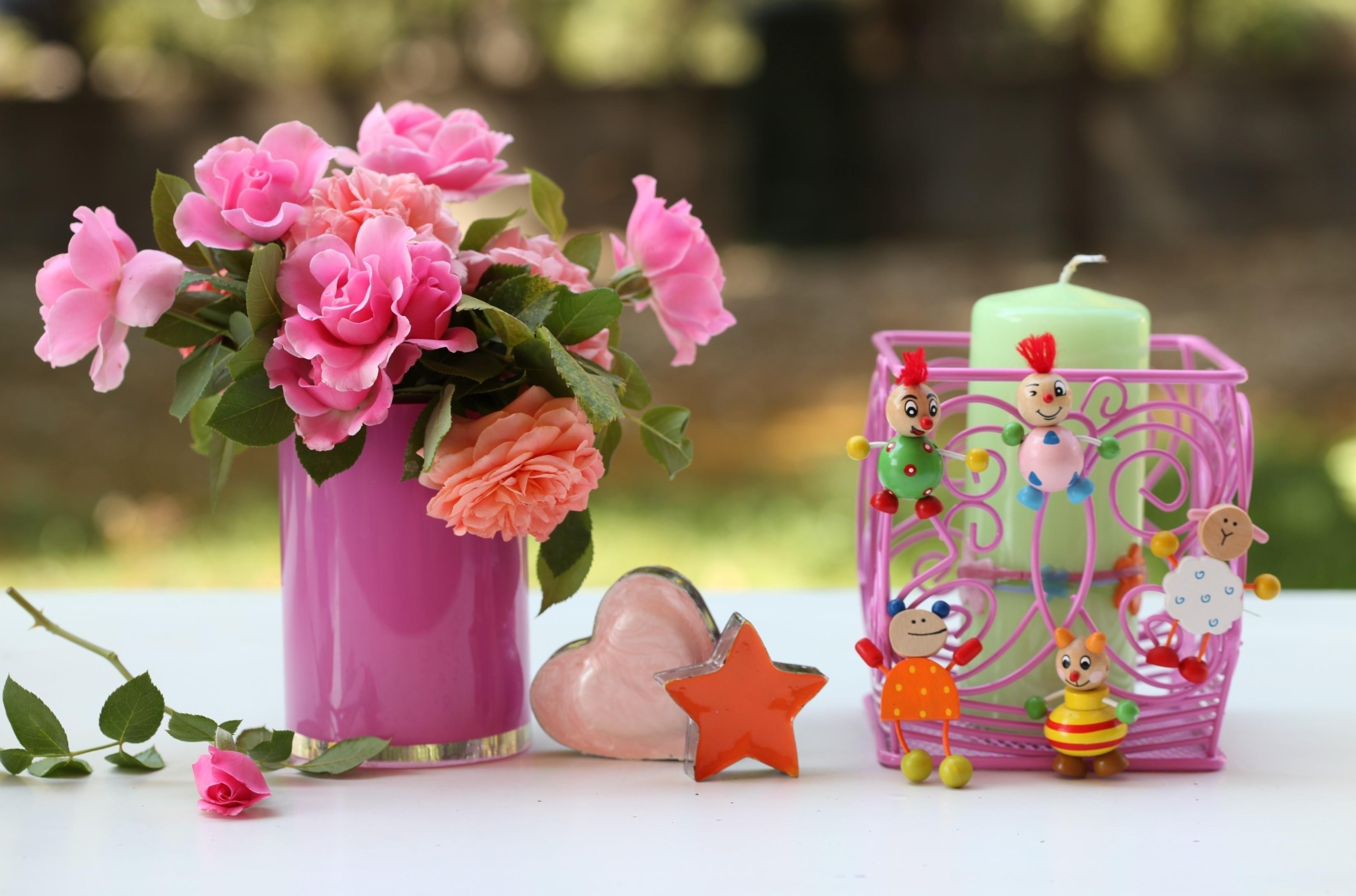 102251 Hintergrundbild herunterladen Blumen, Spielzeug, Vase, Kerze, Leuchter, Kerzenhalter - Bildschirmschoner und Bilder kostenlos