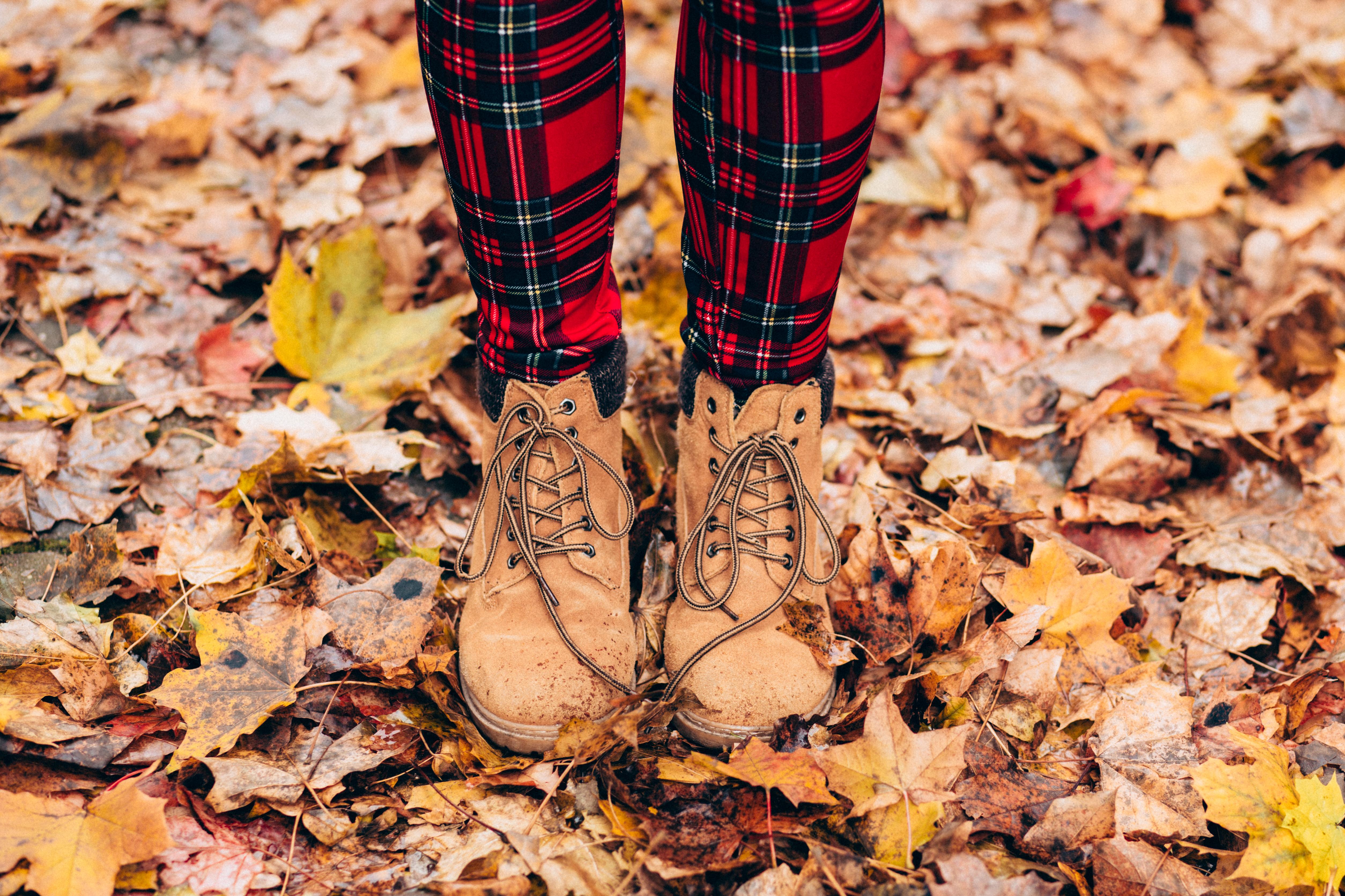 130409 скачать обои Природа, Ноги, Осень, Листва, Ботинки - заставки и картинки бесплатно