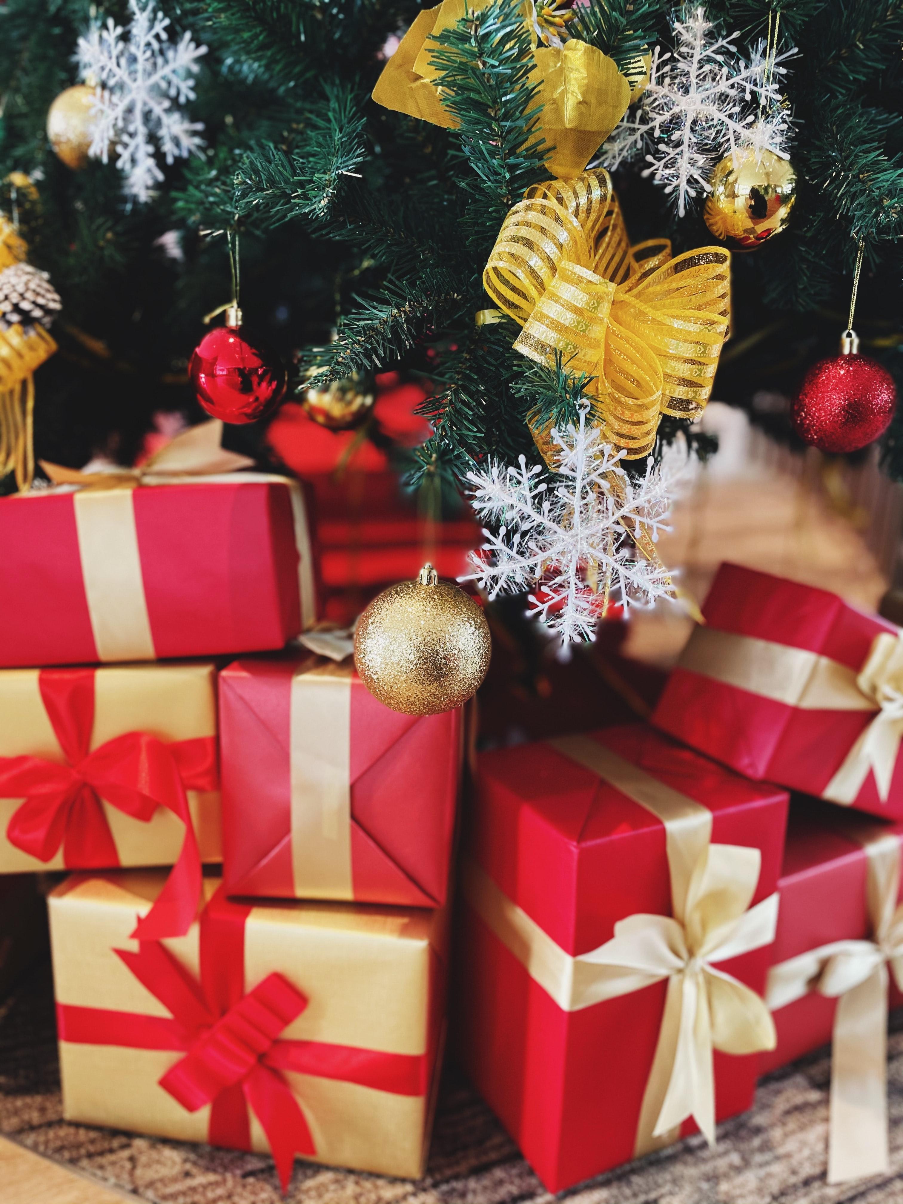 141266 Hintergrundbild herunterladen Weihnachten, Feiertage, Neujahr, Dekoration, Boxen, Neues Jahr, Weihnachtsbaum, Die Geschenke, Geschenke, Kisten - Bildschirmschoner und Bilder kostenlos
