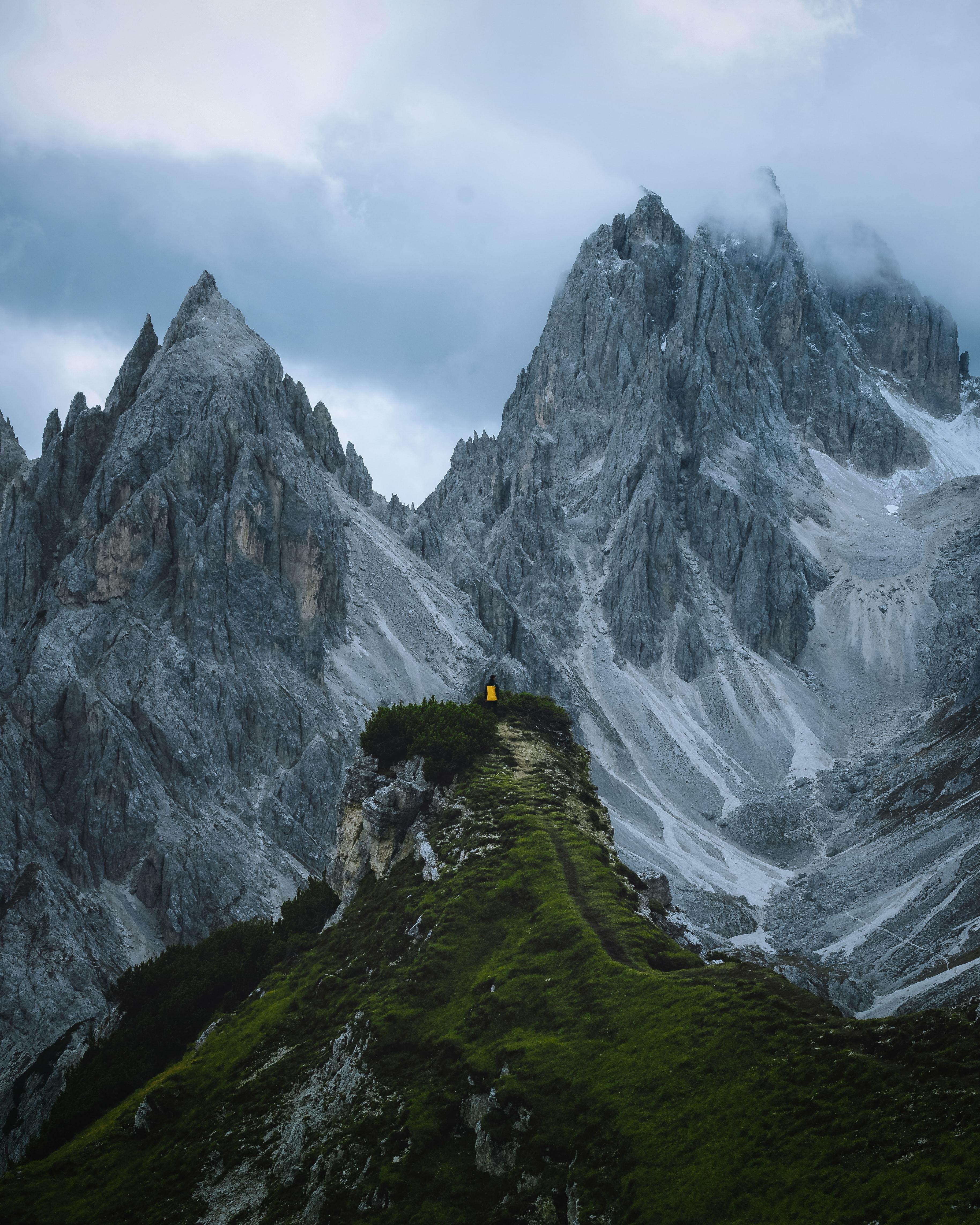 93741 скачать обои Природа, Скалы, Человек, Трава, Небо, Горы - заставки и картинки бесплатно