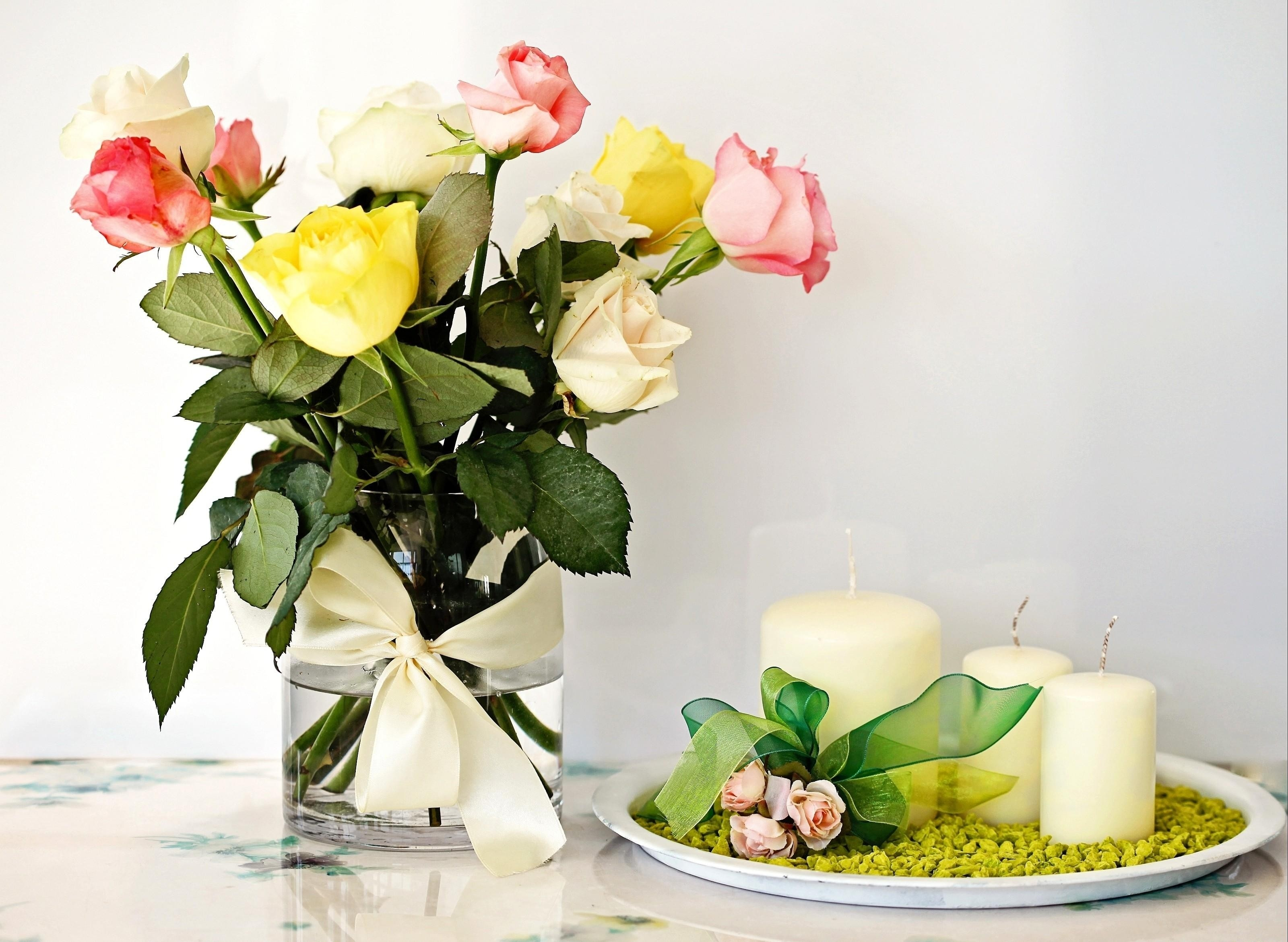 156856 Hintergrundbild herunterladen Blumen, Roses, Kerzen, Strauß, Bouquet, Vase, Komposition, Zusammensetzung - Bildschirmschoner und Bilder kostenlos