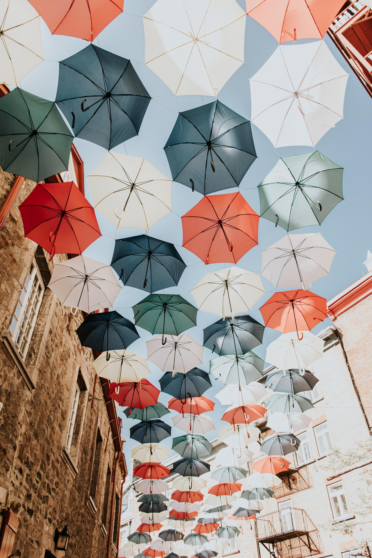 90268壁紙のダウンロードその他, 雑, 傘, 色とりどり, モトリー, 通り, 市, 都市, 装飾, デコレーション-スクリーンセーバーと写真を無料で