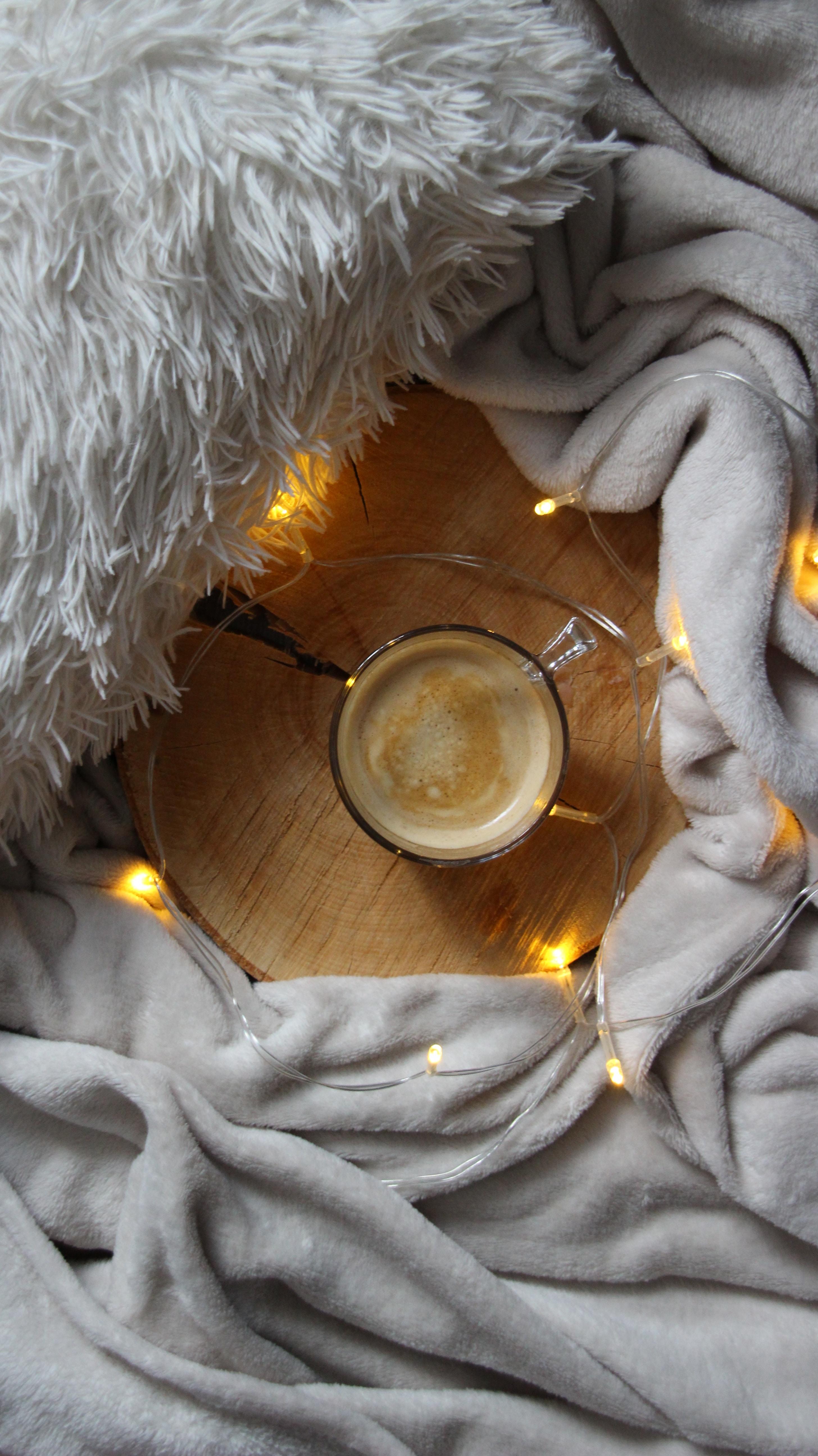 111636 скачать обои Чашка, Кофе, Разное, Гирлянда, Уют, Плед - заставки и картинки бесплатно