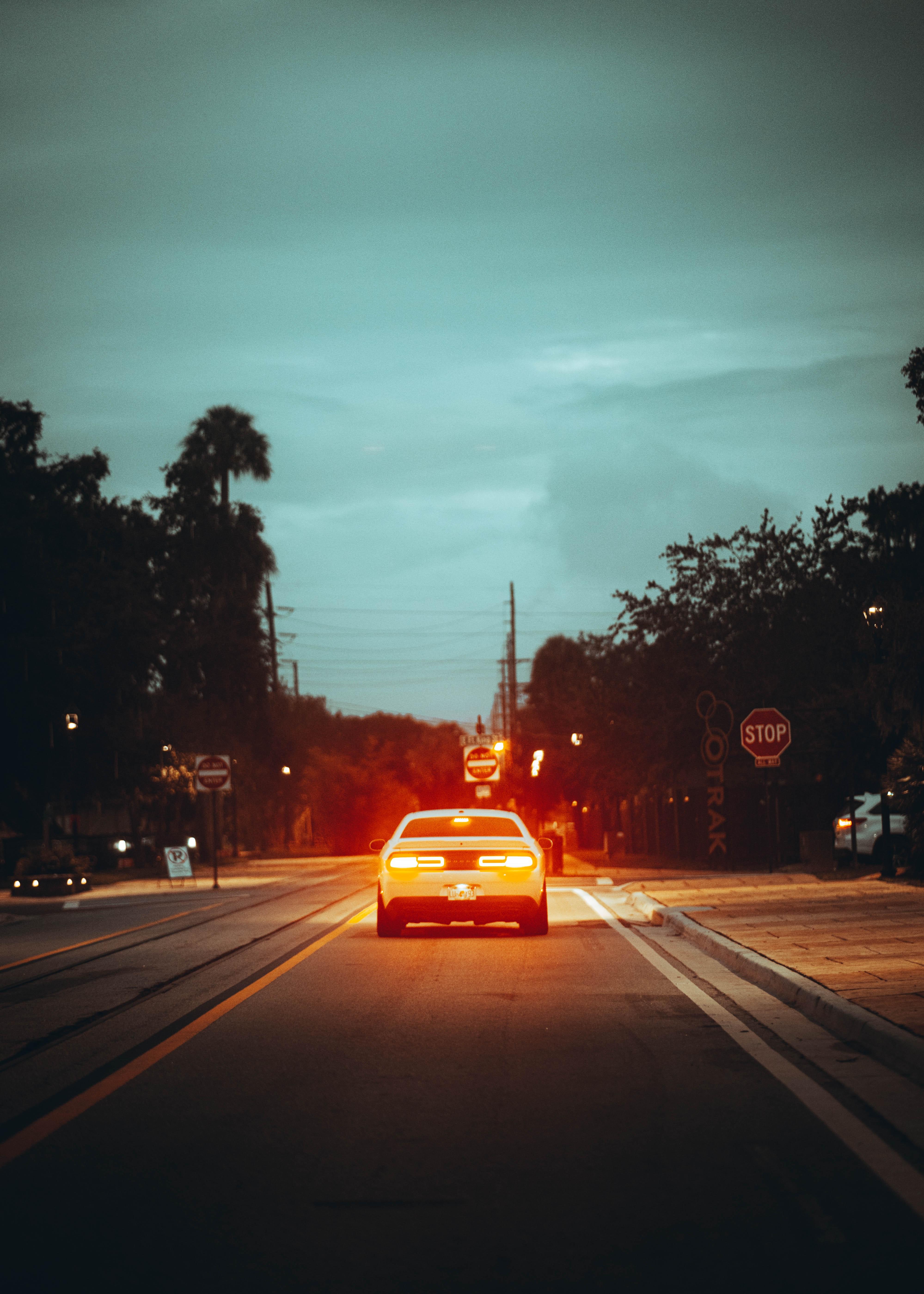 72042 Заставки и Обои Автомобиль на телефон. Скачать Автомобиль, Тачки (Cars), Свет, Дорога, Сумерки, Улица картинки бесплатно