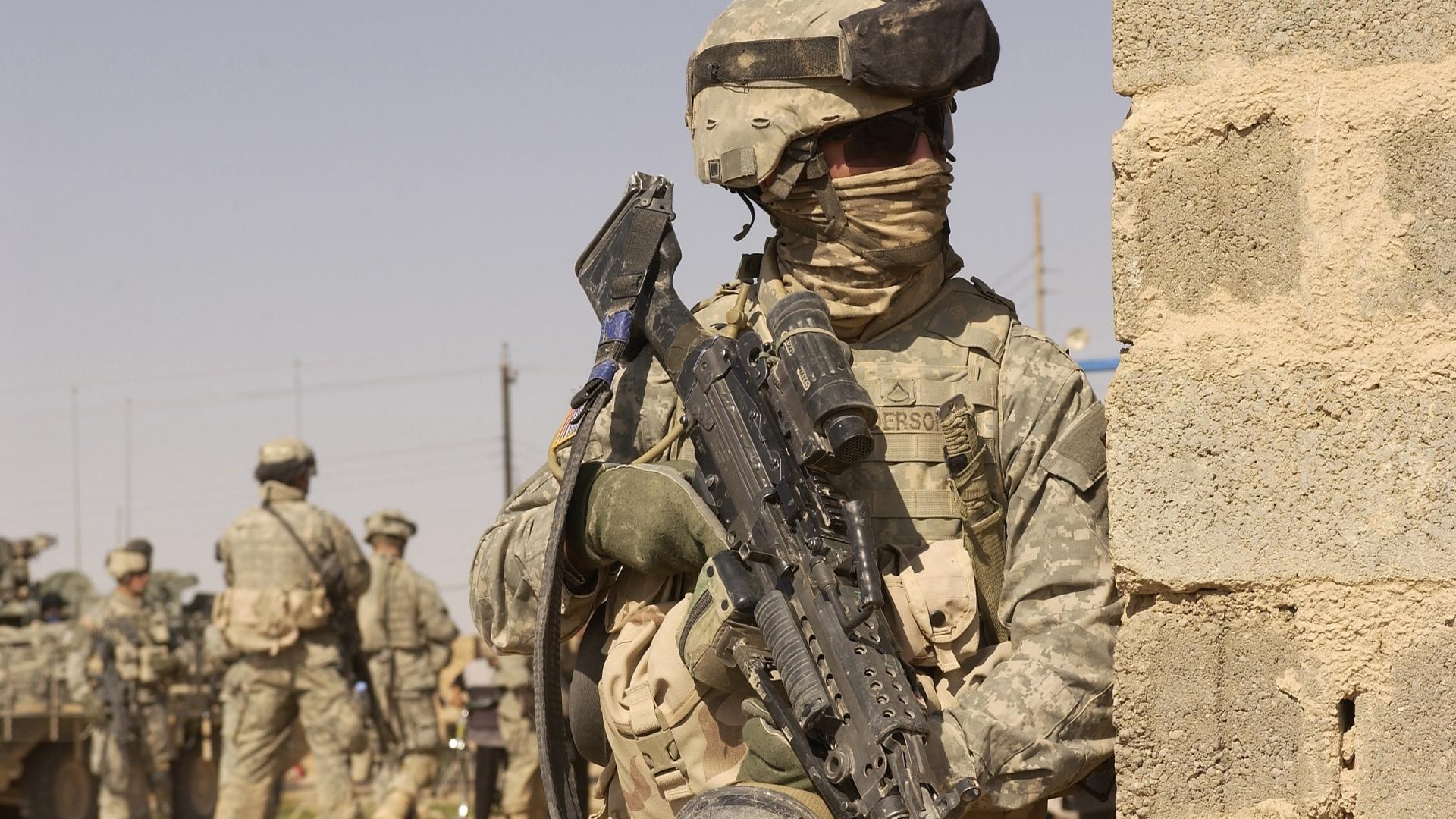 28975 Hintergrundbild herunterladen Menschen, Männer, Soldiers - Bildschirmschoner und Bilder kostenlos