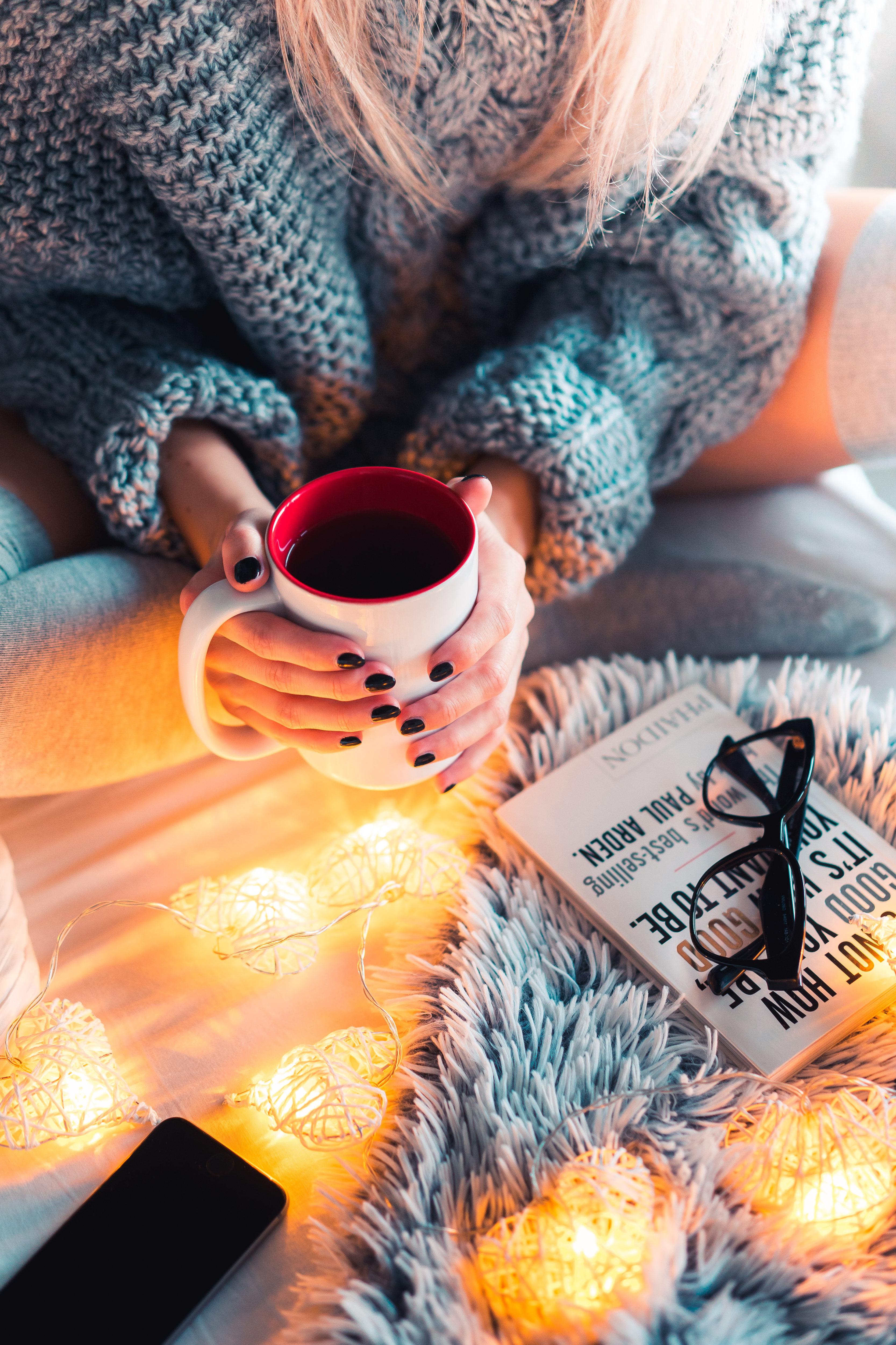 148900 download wallpaper Miscellanea, Coffee, Miscellaneous, Cup, Hands, Garland, Mood, Coziness, Comfort, Garlands, Mug screensavers and pictures for free