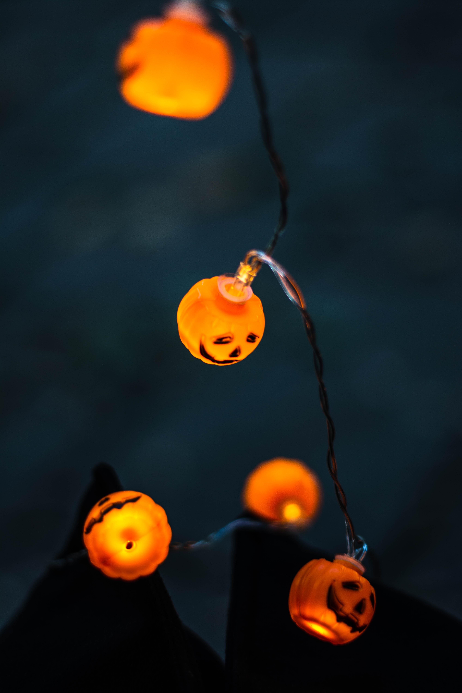 Laden Sie das kostenlose Hintergrundbild 79937: Halloween, Kürbis, Dunkel, Beleuchtung, Garland, Girlanden, Glühbirne, Glühbirnen Hintergrundbild für das Handy herunter