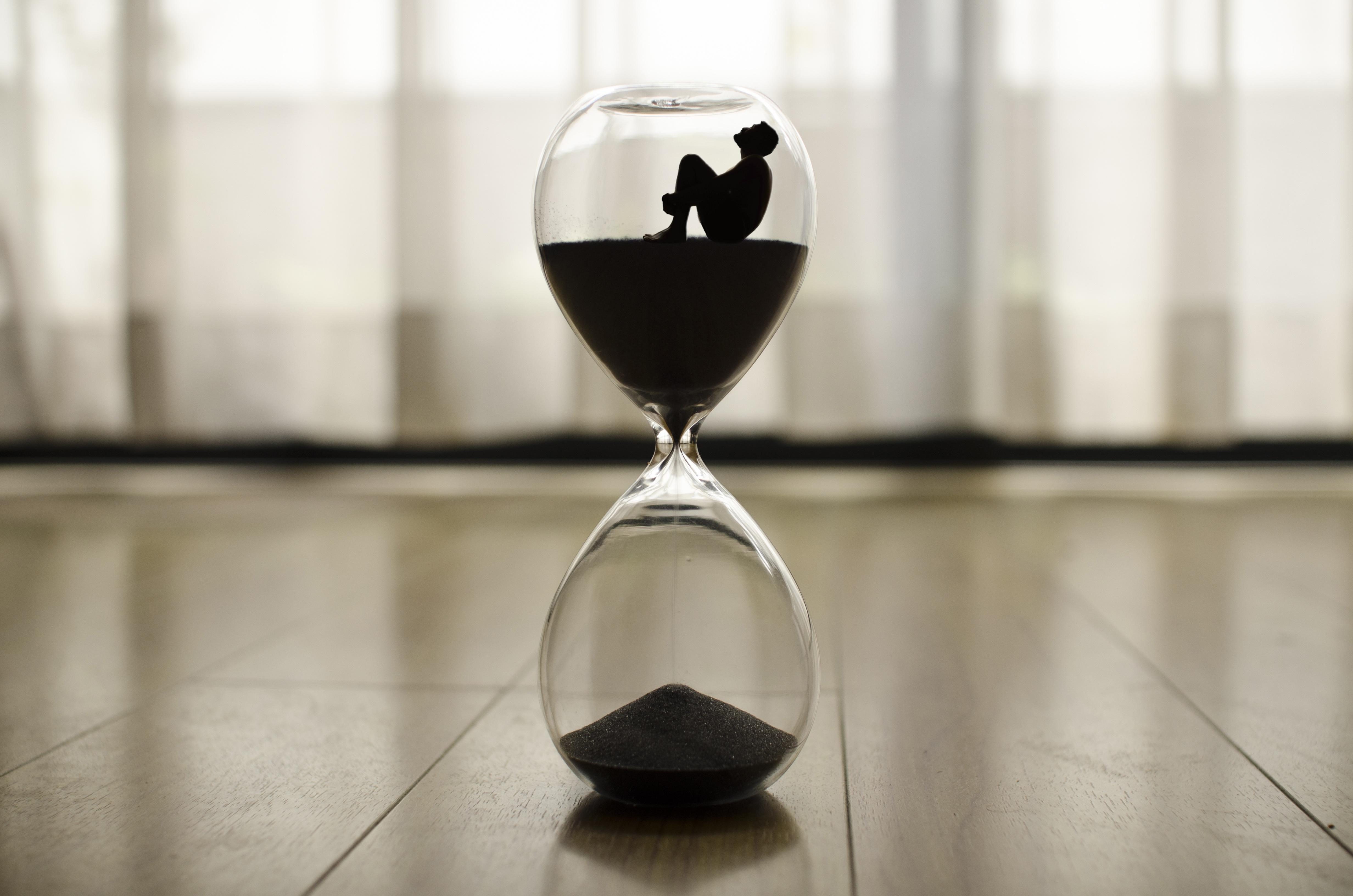 109245 Hintergrundbild herunterladen Verschiedenes, Sonstige, Mensch, Person, Einsamkeit, Zeit, Es Ist Zeit, Sanduhr - Bildschirmschoner und Bilder kostenlos