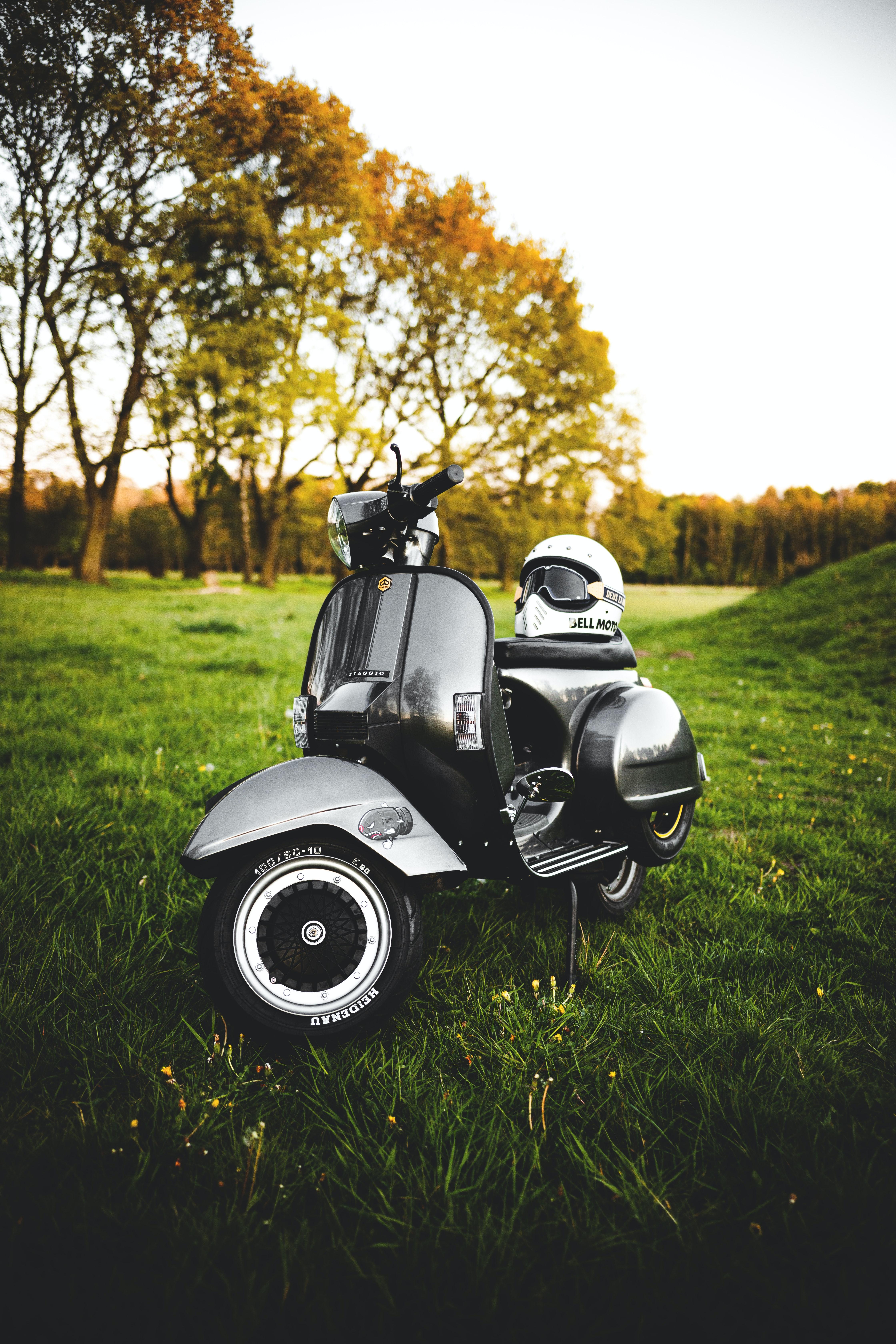 54294 Hintergrundbild herunterladen Motorräder, Helm, Fahrrad, Roller, Scooter, Piaggio - Bildschirmschoner und Bilder kostenlos