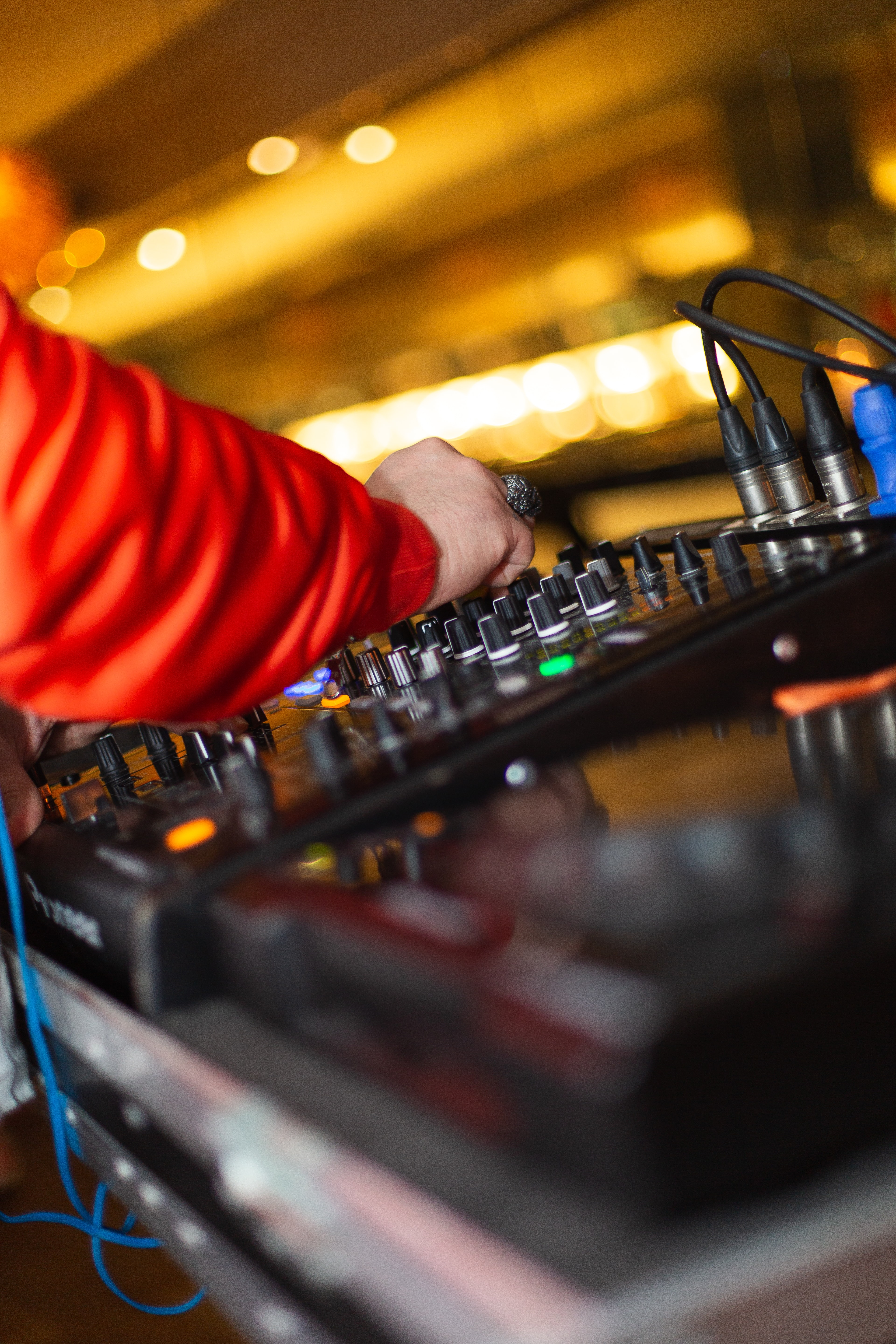 92791 download wallpaper Music, Hand, Dj, Equipment, Apparatus screensavers and pictures for free