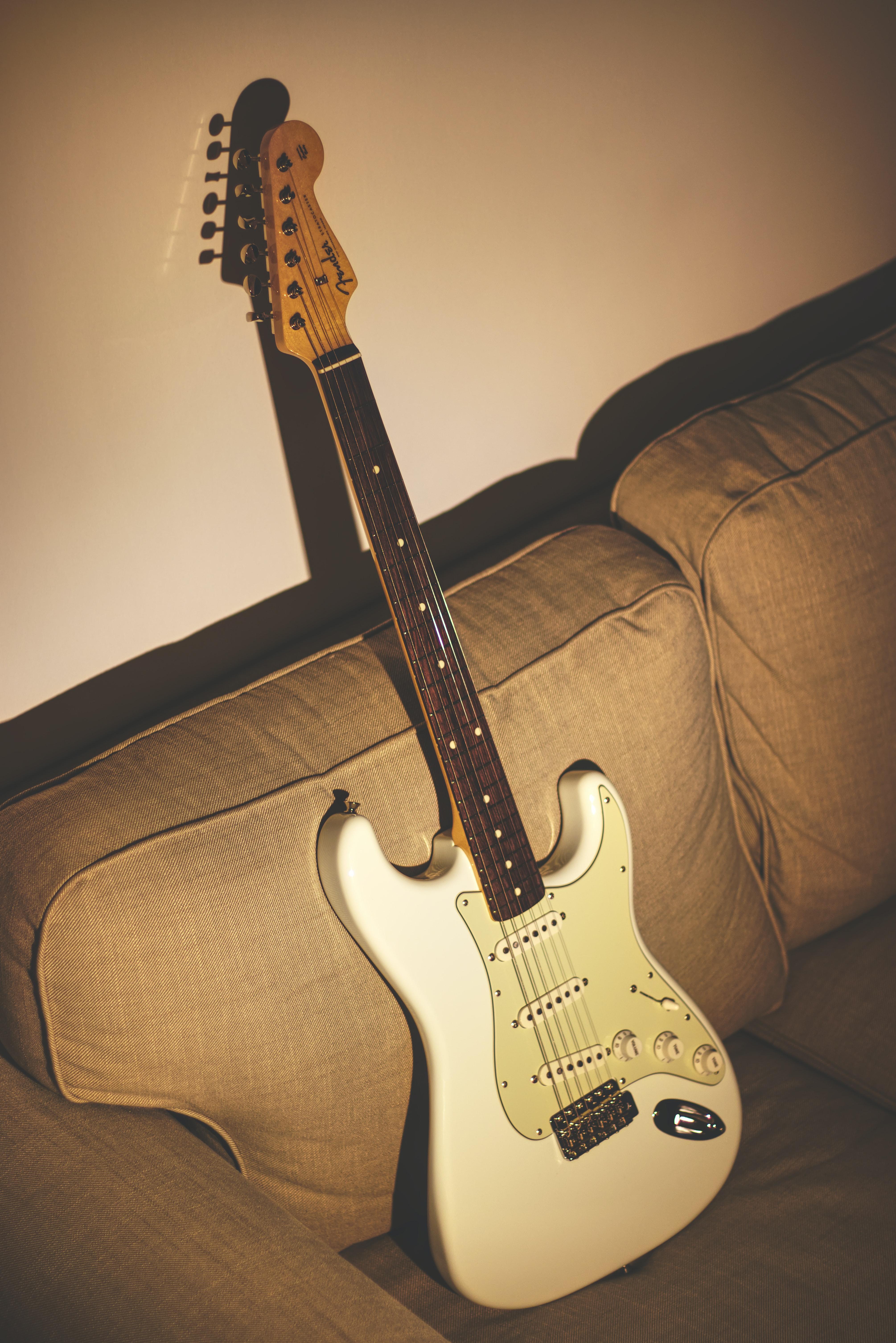 69276 papel de parede 320x480 em seu telefone gratuitamente, baixe imagens Música, Guitarra, Violão, Instrumento Musical, Guitarra Elétrica, Stratocaster 320x480 em seu celular
