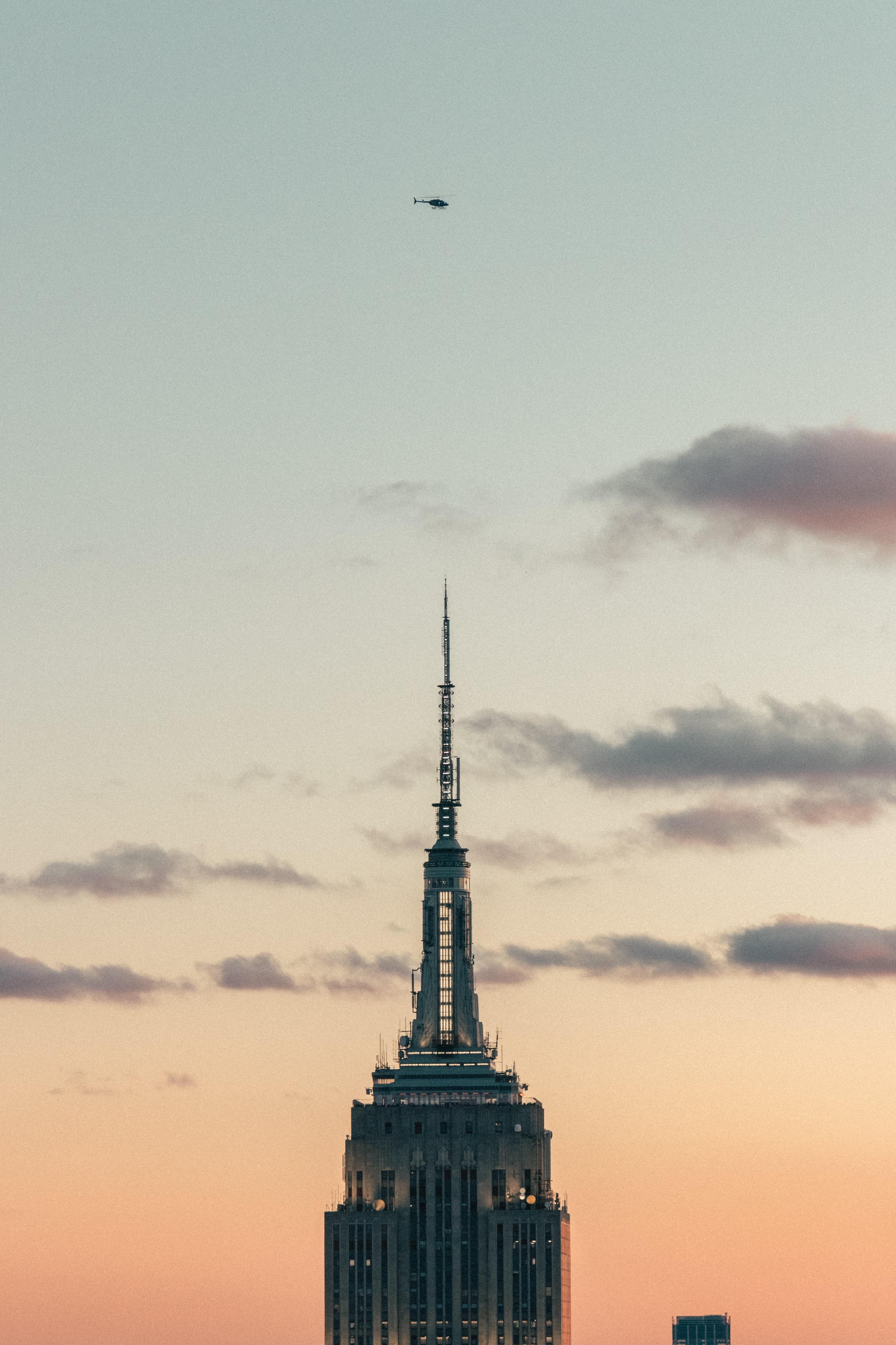 65514 Hintergrundbild herunterladen Sky, Architektur, Clouds, Hubschrauber, Gebäude, Verschiedenes, Sonstige, Turm - Bildschirmschoner und Bilder kostenlos