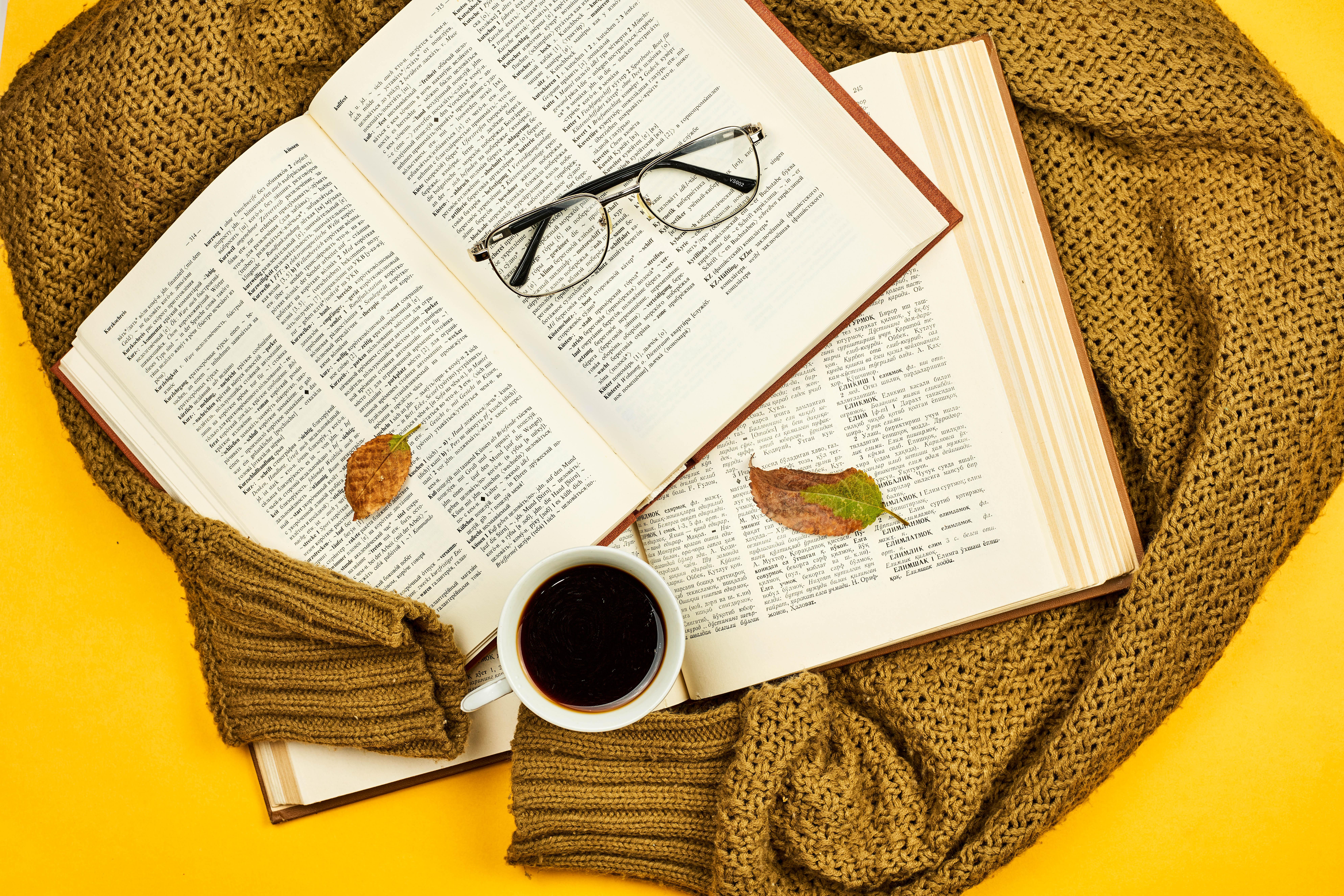 60914 скачать обои Разное, Книги, Кружка, Очки, Листья, Свитер - заставки и картинки бесплатно