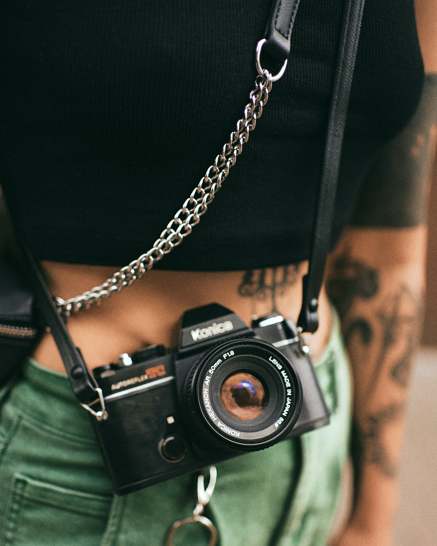 99028 download wallpaper Miscellanea, Miscellaneous, Camera, Retro, Chain, Girl screensavers and pictures for free
