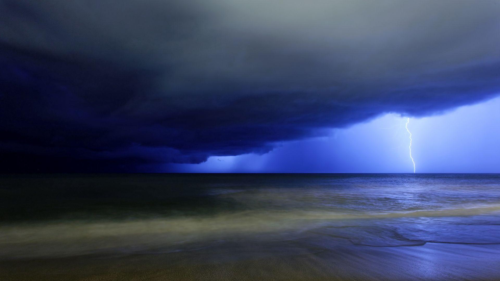 98424 Заставки и Обои Молния на телефон. Скачать Природа, Небо, Море, Облака, Молния, Тучи, Удар, Синее, Хмурое, Грозовые картинки бесплатно