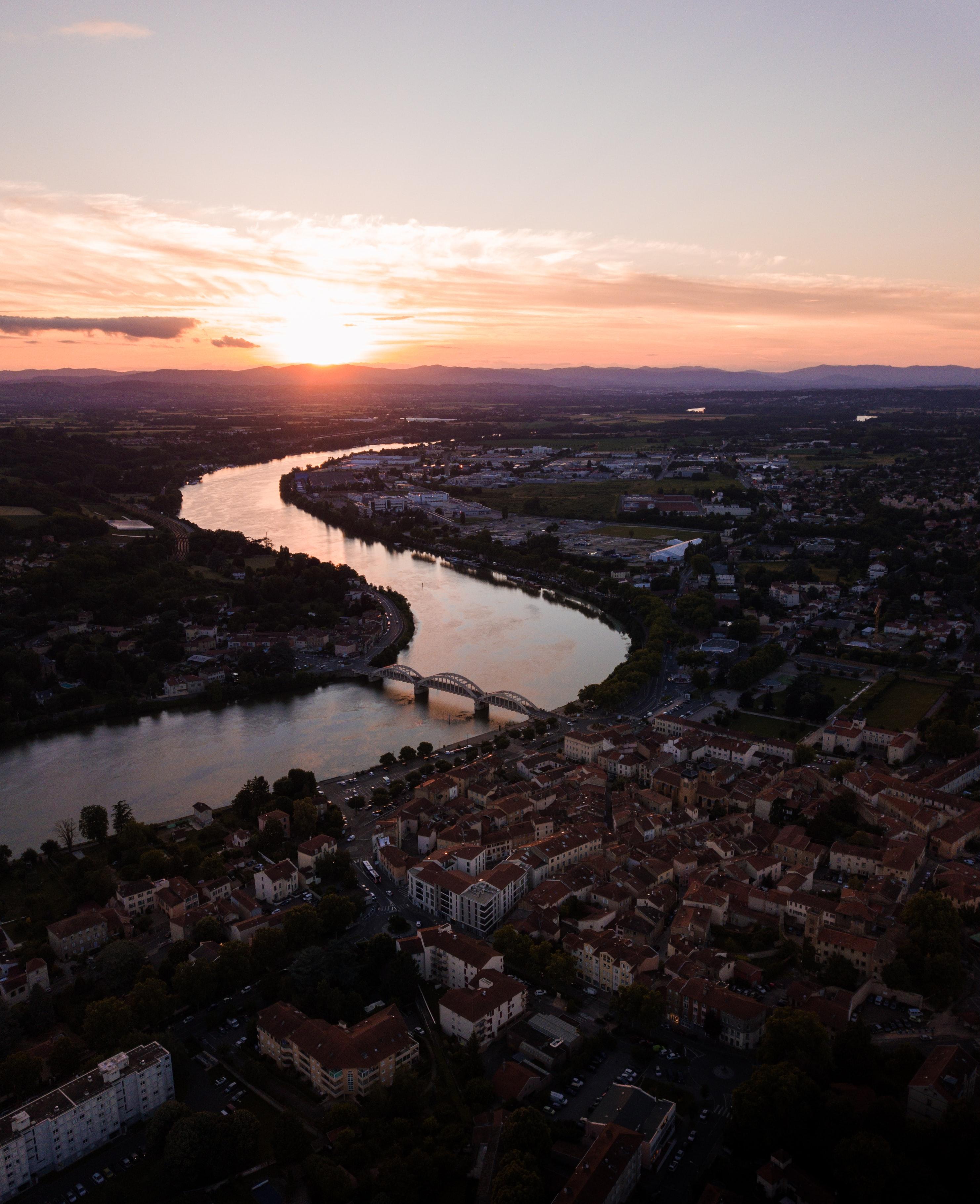 148747 скачать обои Природа, Река, Город, Закат, Крыши - заставки и картинки бесплатно