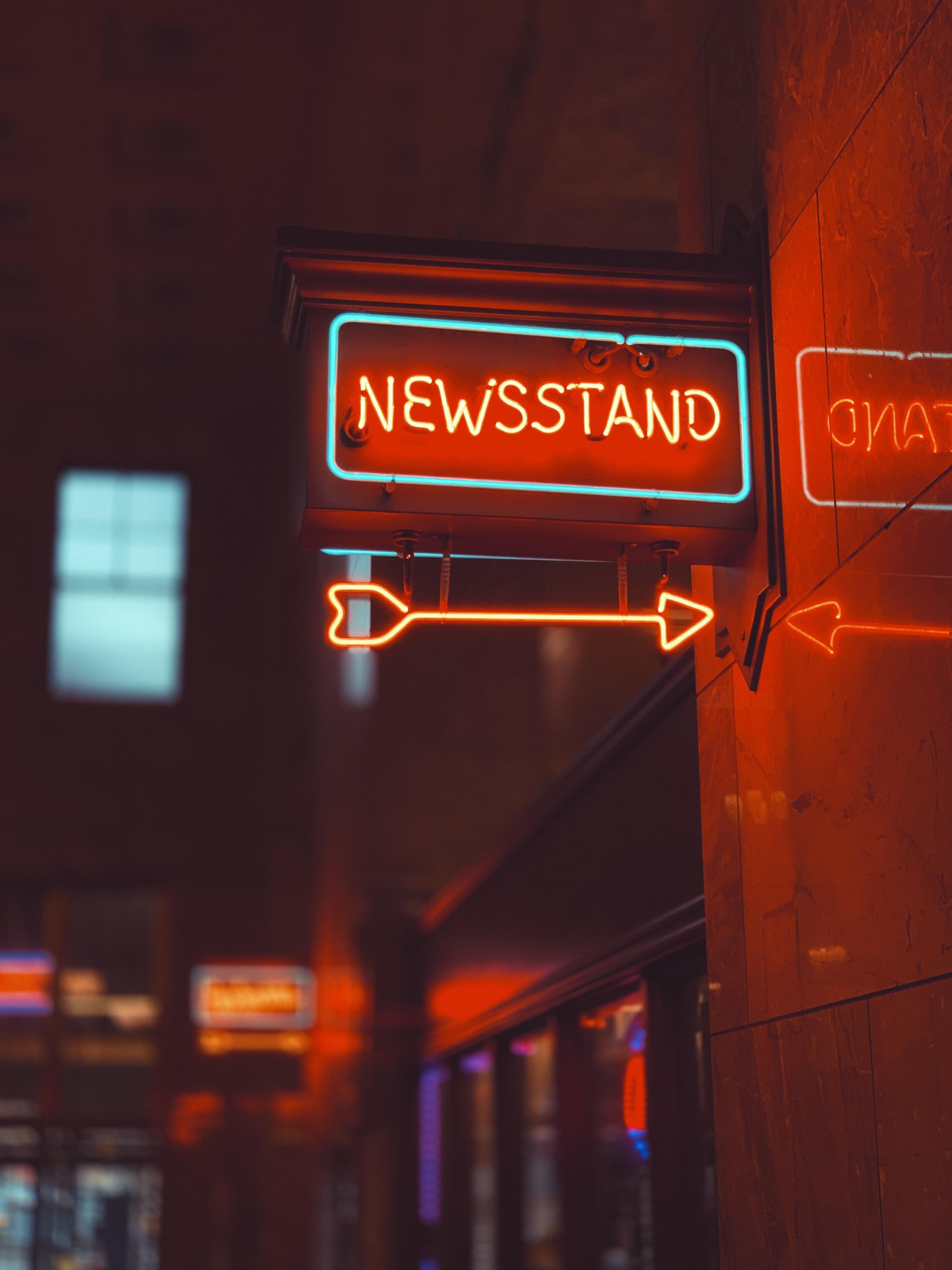 Handy-Wallpaper Pfeil, Zeichen, Die Wörter, Wörter, Schild, Neon, Hintergrundbeleuchtung, Beleuchtung, Zeiger, Inschrift kostenlos herunterladen.