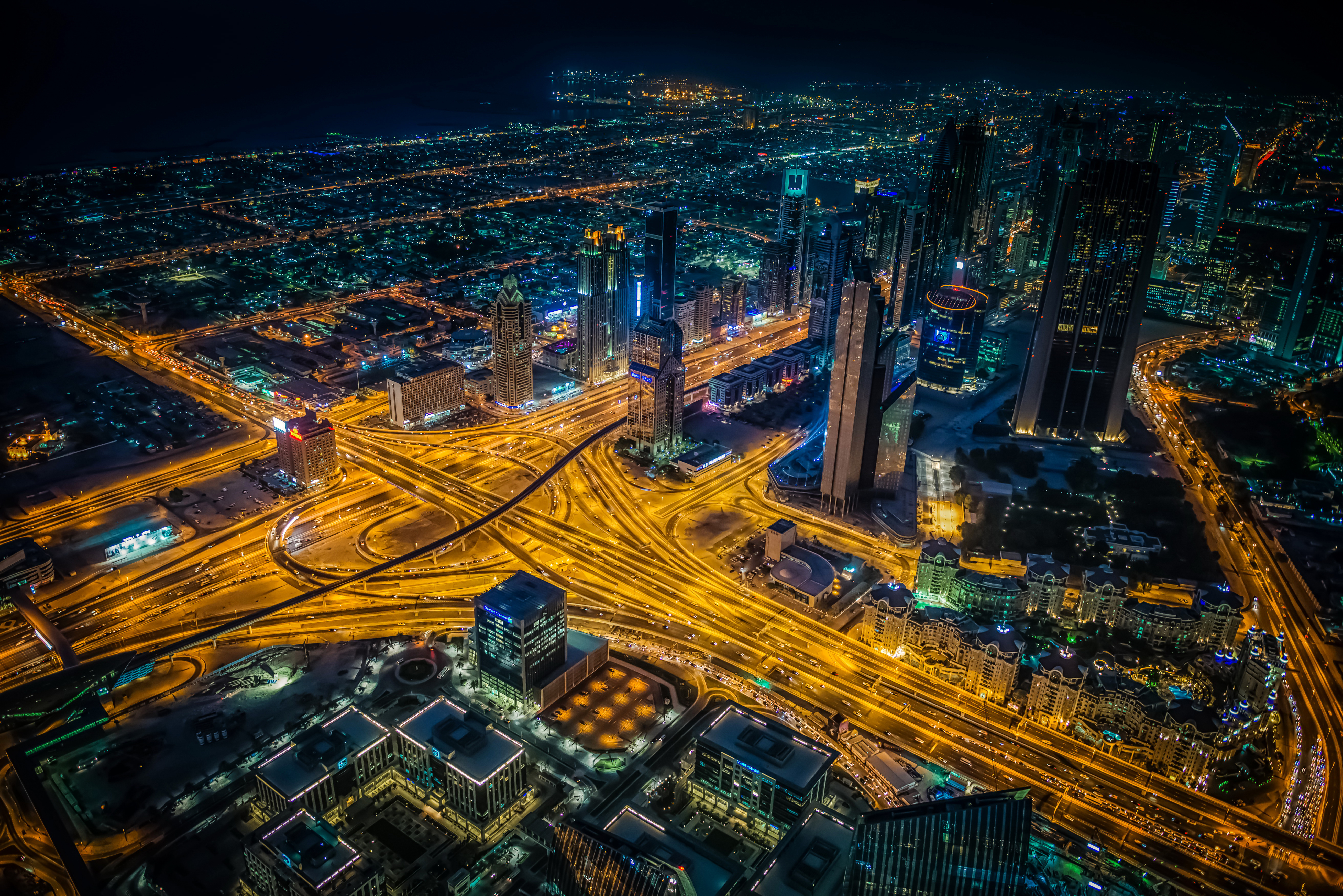 67044 Hintergrundbild herunterladen Roads, Städte, Wolkenkratzer, Blick Von Oben, Dubai, Nächtliche Stadt, Night City, Kreuzung - Bildschirmschoner und Bilder kostenlos