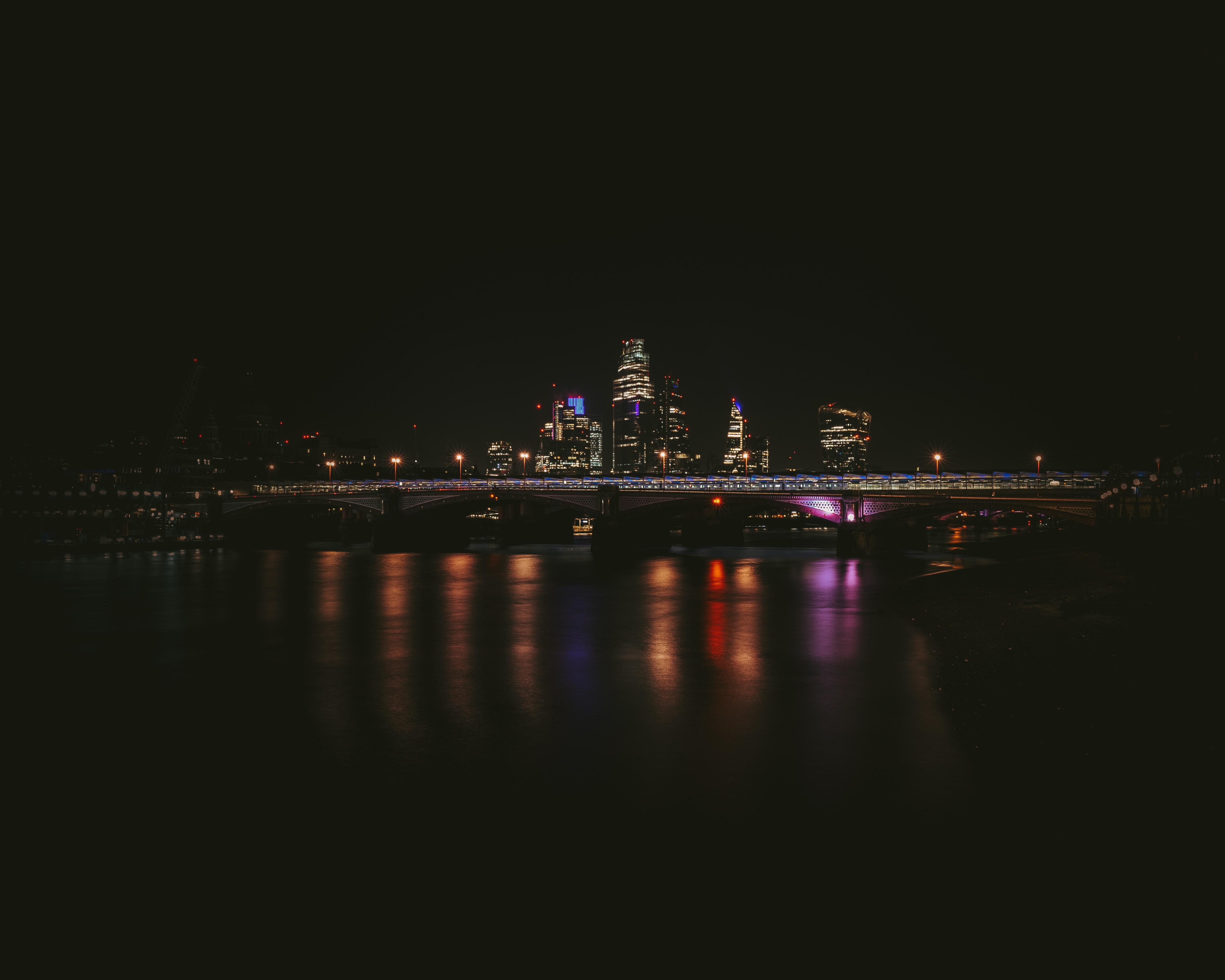 139496 Hintergrundbild 1024x600 kostenlos auf deinem Handy, lade Bilder Wasser, Gebäude, Reflexion, Dunkel, Nächtliche Stadt, Night City, Brücke 1024x600 auf dein Handy herunter