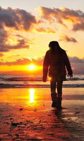 114518 скачать обои Темные, Море, Берег, Свет, Закат, Человек, Прогулка, Одиночество - заставки и картинки бесплатно