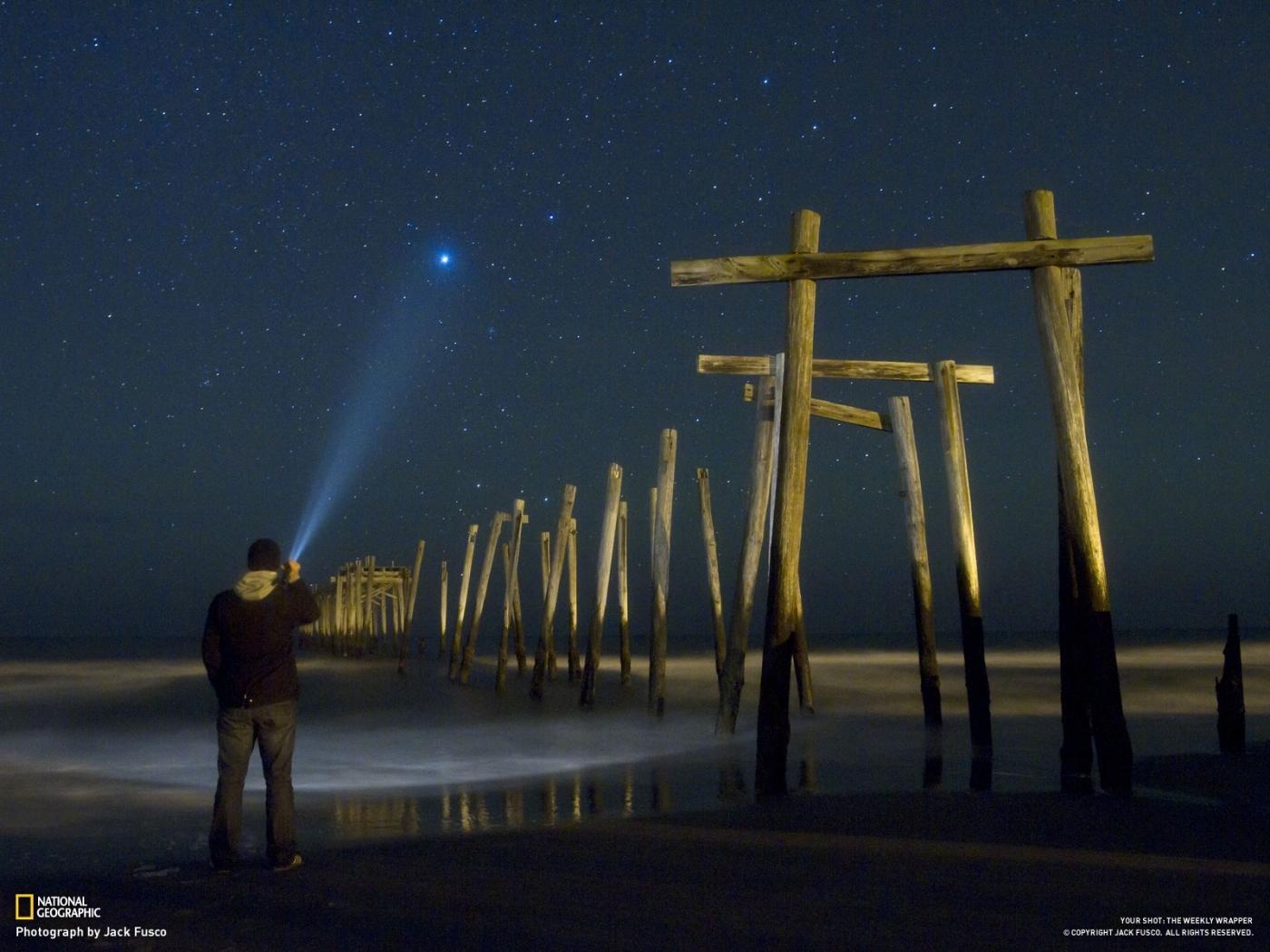 Скачать картинку Люди, Звезды, Мужчины, Ночь, Море, Пейзаж, Небо в телефон бесплатно.