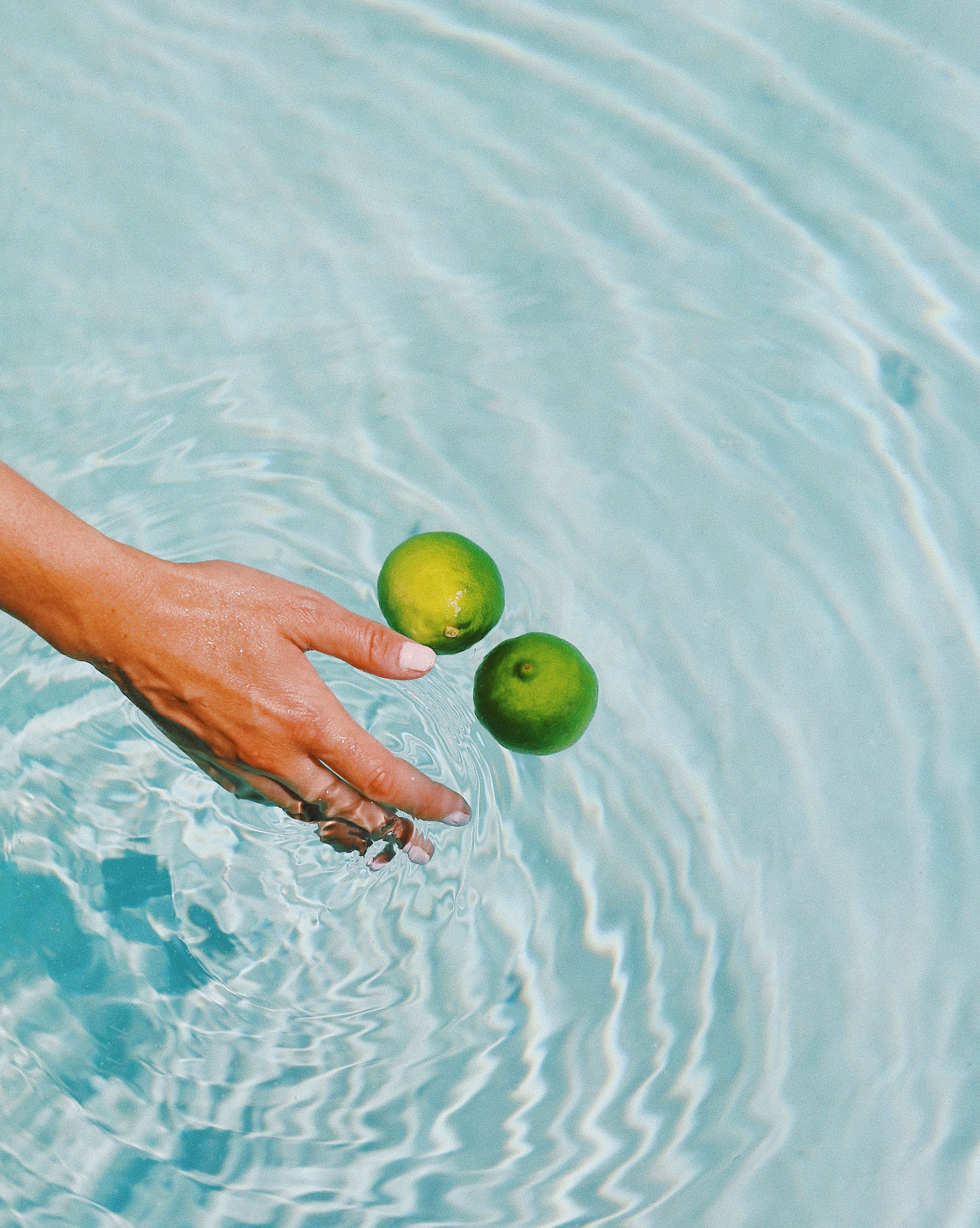 101895 download wallpaper Water, Lime, Hand, Miscellanea, Miscellaneous, Spray, Fruit, Citrus screensavers and pictures for free