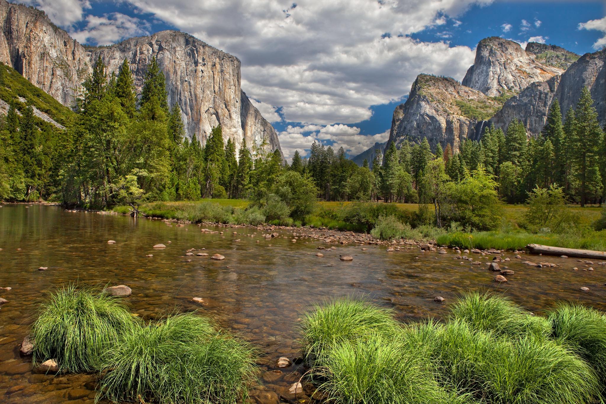 133193 Hintergrundbild herunterladen Landschaft, Natur, Flüsse, Mountains, Wald, Vegetation, Fließen, Fluss, Blauer Himmel, Blue Sky - Bildschirmschoner und Bilder kostenlos