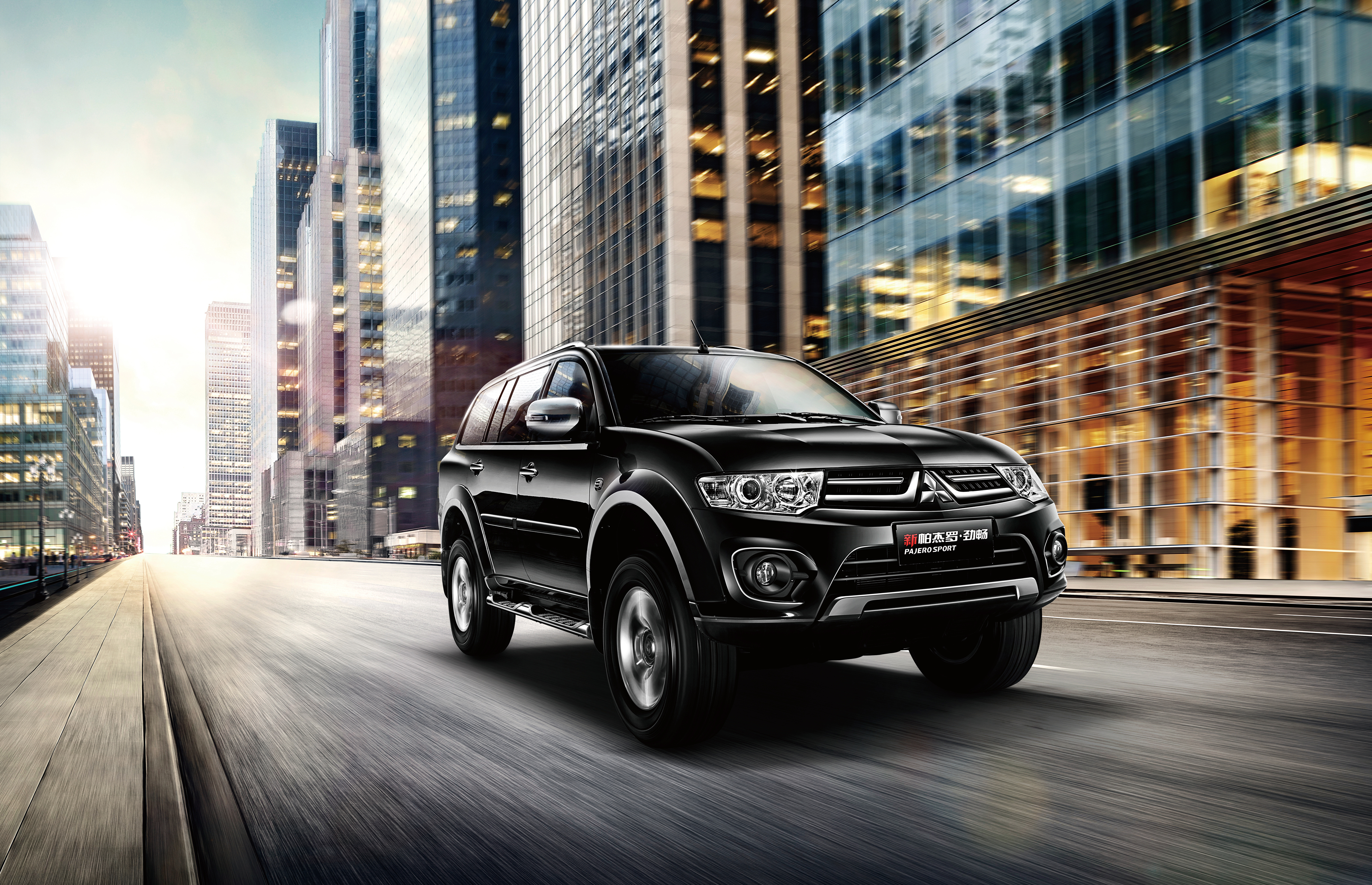 136163 download wallpaper Cars, Mitsubishi, Pajero, Side View, City, Traffic, Movement screensavers and pictures for free