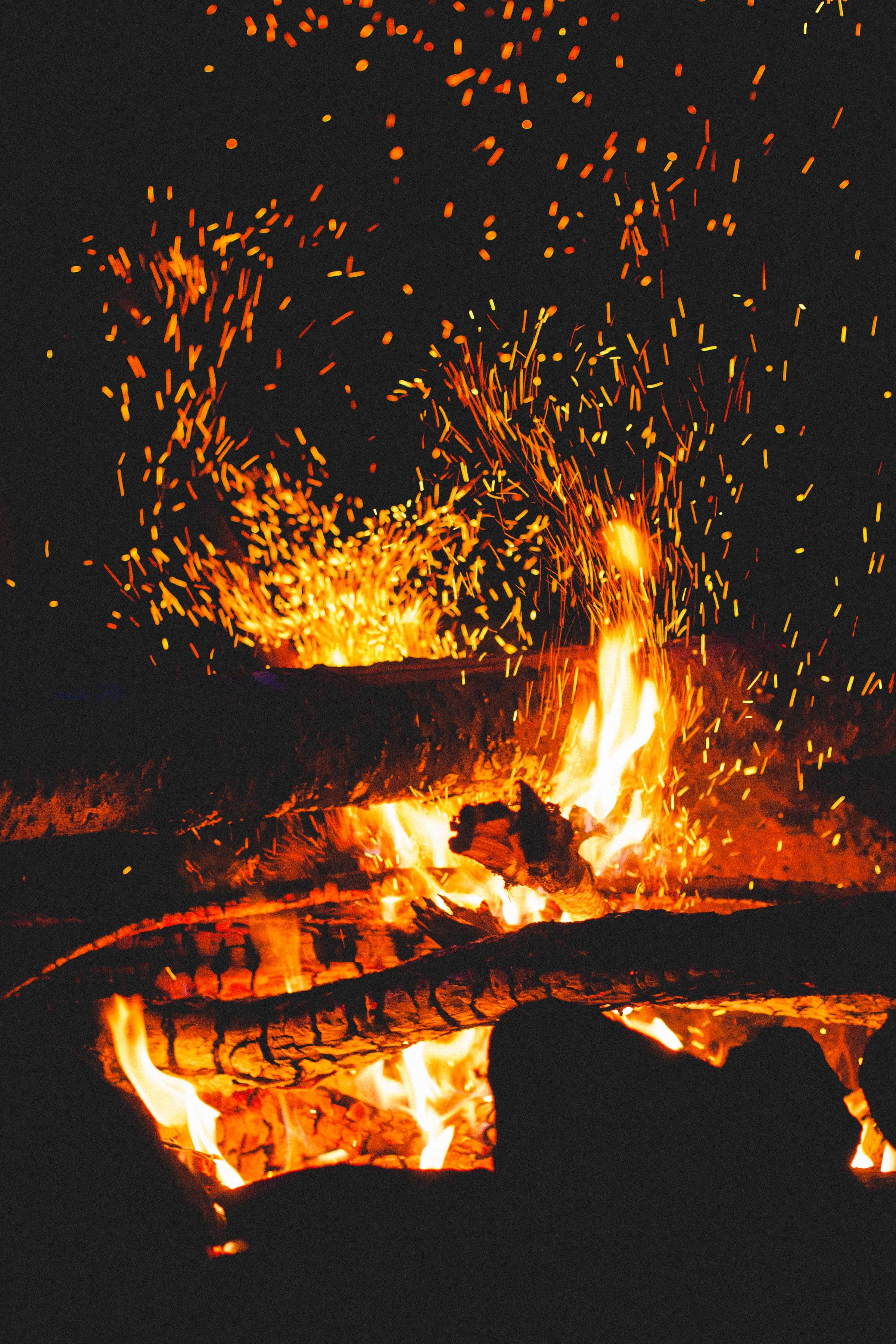 135458 免費下載壁紙 黑暗的, 黑暗, 篝火, 火花, 日志, 原木, 火, 黑色的 屏保和圖片