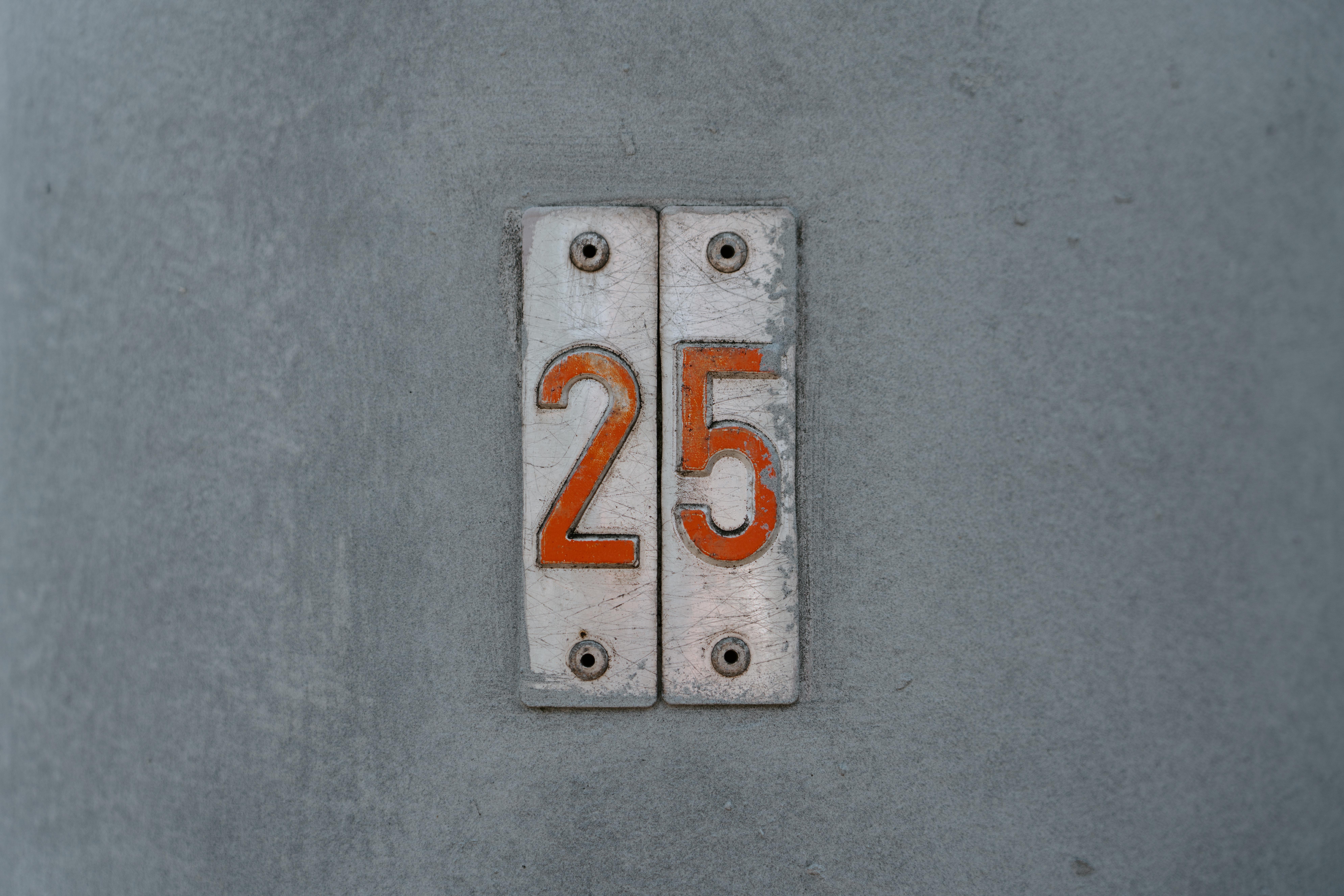 93176 Hintergrundbild herunterladen Symbole, Zeichen, Verschiedenes, Sonstige, Wand, Typenschild, Teller, Zimmer, Zahlen, Anzahl - Bildschirmschoner und Bilder kostenlos
