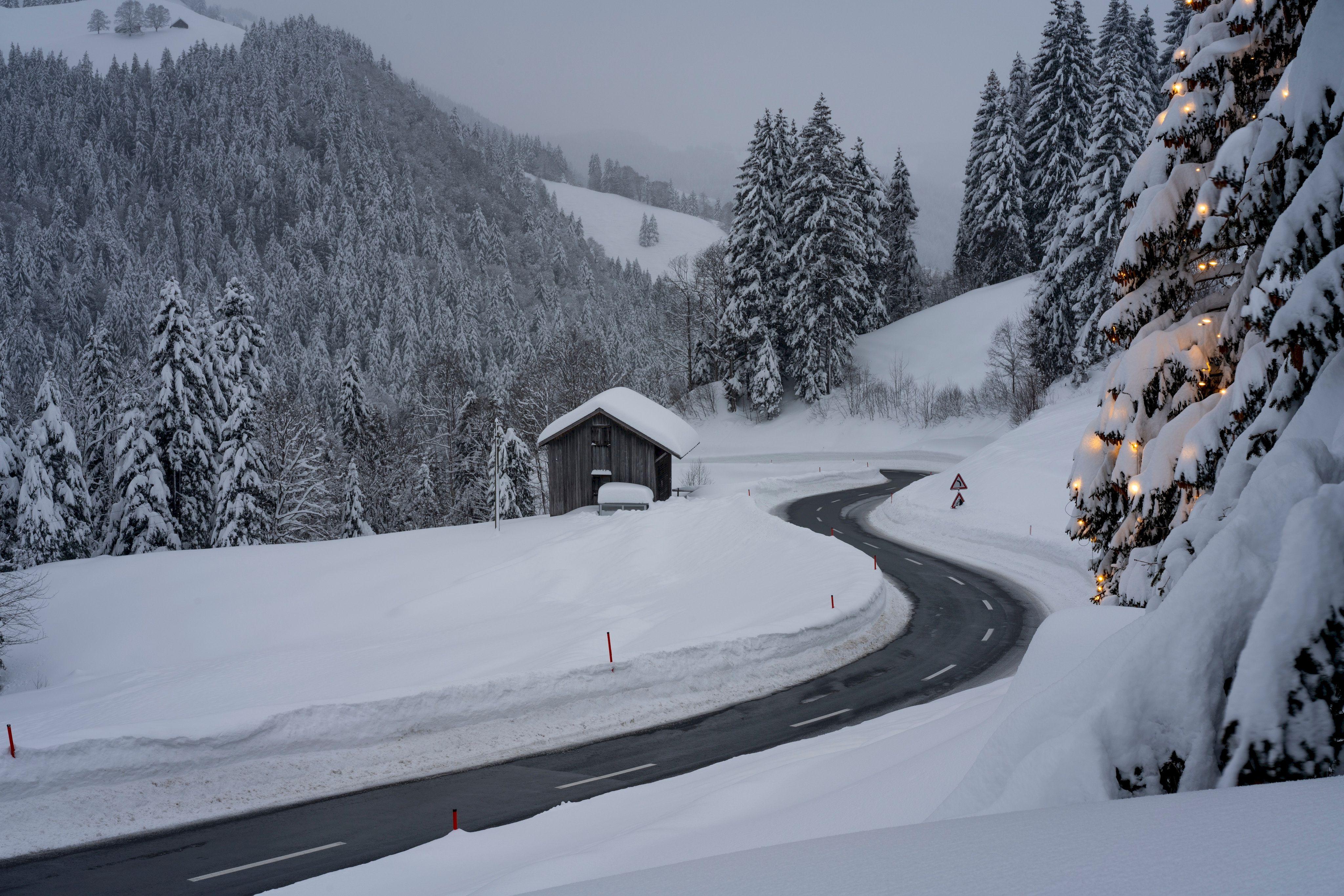 105397 обои 720x1280 на телефон бесплатно, скачать картинки Зима, Природа, Снег, Дорога, Поворот 720x1280 на мобильный