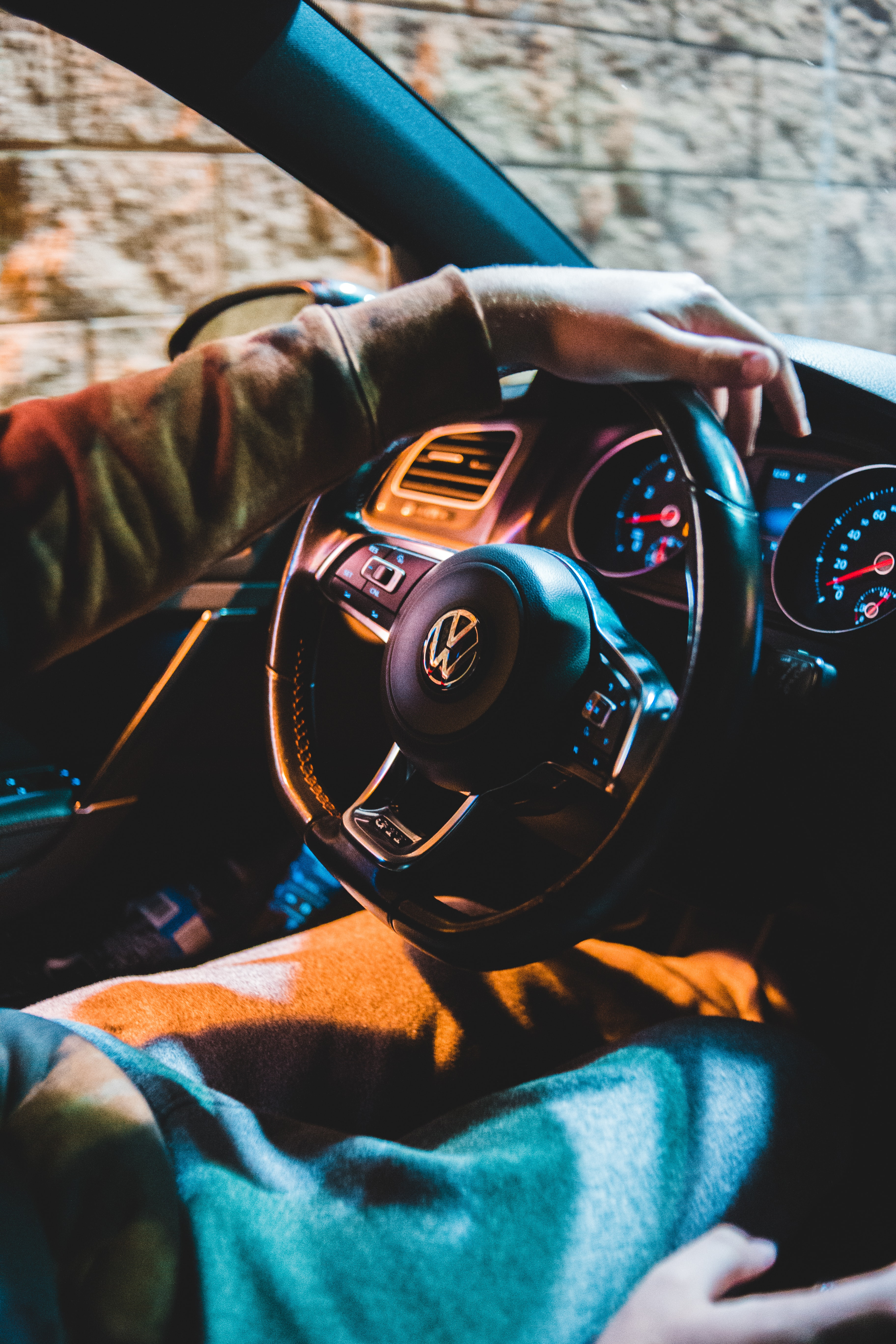 128225 download wallpaper Volkswagen, Cars, Hand, Car, Machine, Steering Wheel, Rudder, Salon screensavers and pictures for free