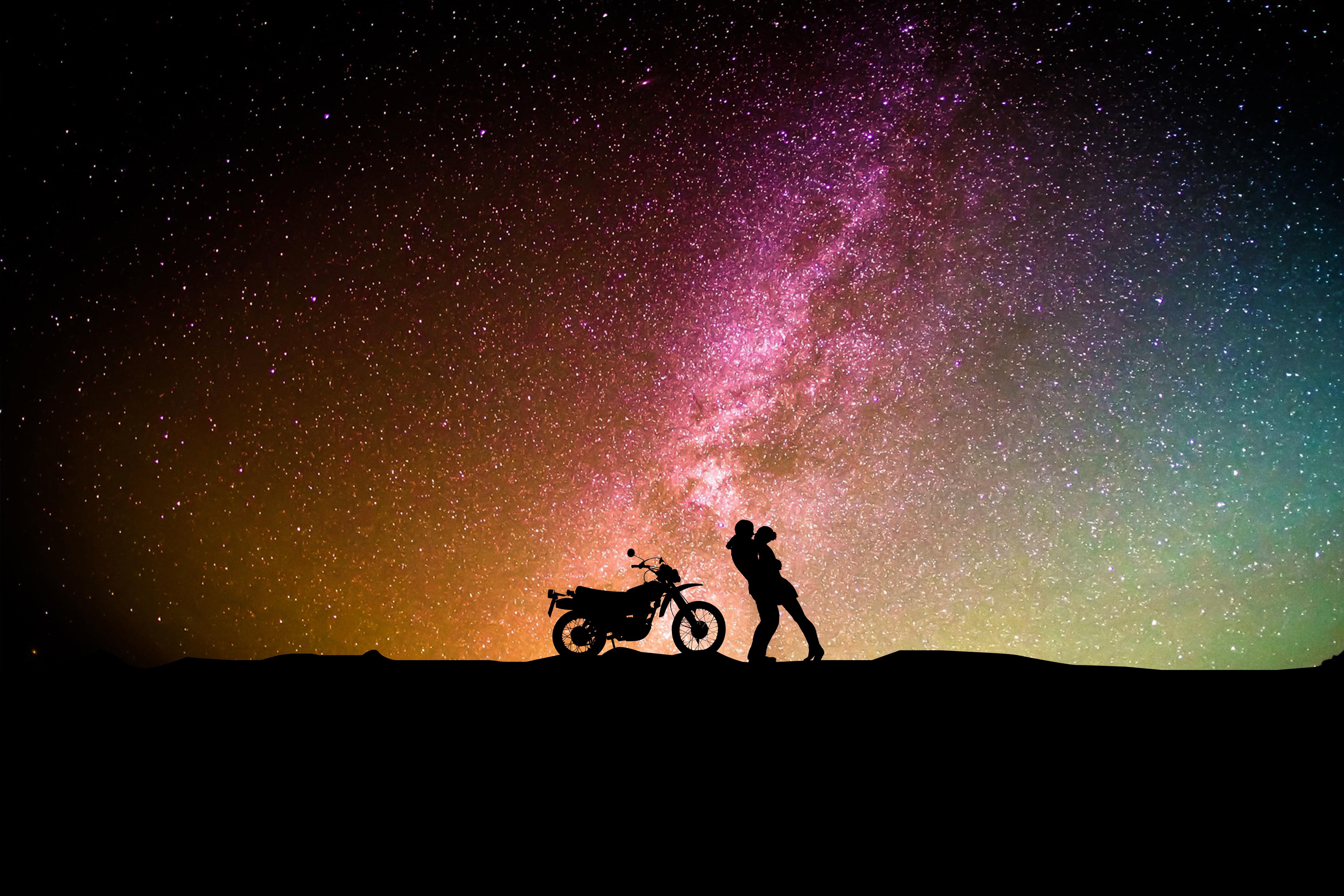 135503 Hintergrundbild herunterladen Liebe, Paar, Silhouetten, Sternenhimmel, Motorrad, Umarmung, Umarmen - Bildschirmschoner und Bilder kostenlos