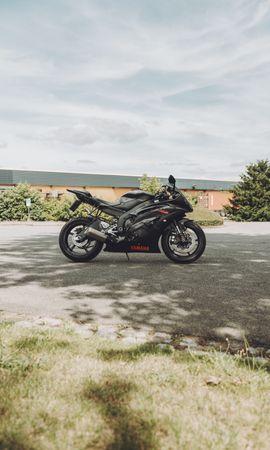130553 télécharger le fond d'écran Moto, Yamaha, Bicyclette, Vélo, Motocyclette, Vue De Côté, Imeuble, Bâtiment - économiseurs d'écran et images gratuitement