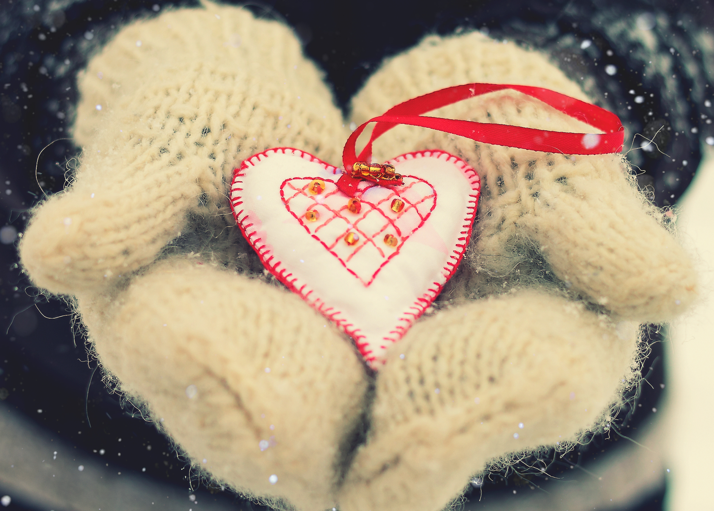 94914 Hintergrundbild herunterladen Liebe, Herzen, Valentinstag, Hände, Ein Herz, Handschuhe - Bildschirmschoner und Bilder kostenlos